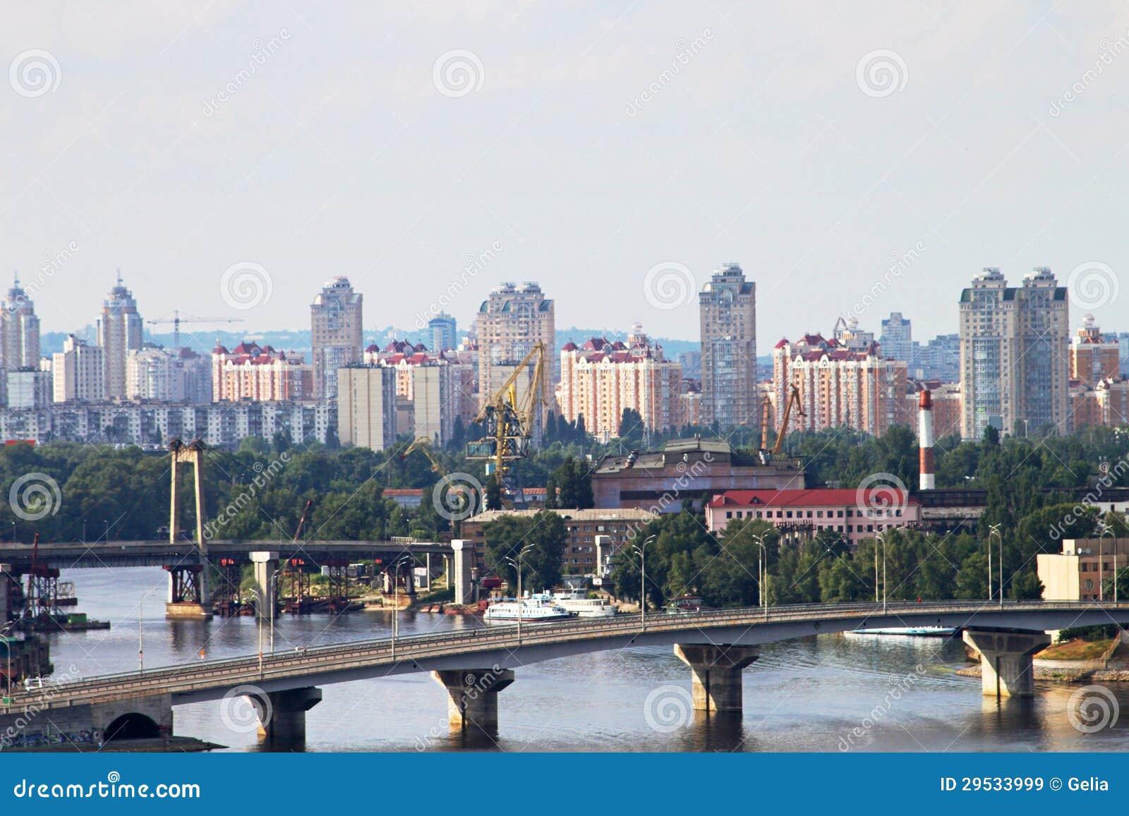 Construções novas em Obolon, distrito moderno de Kiev