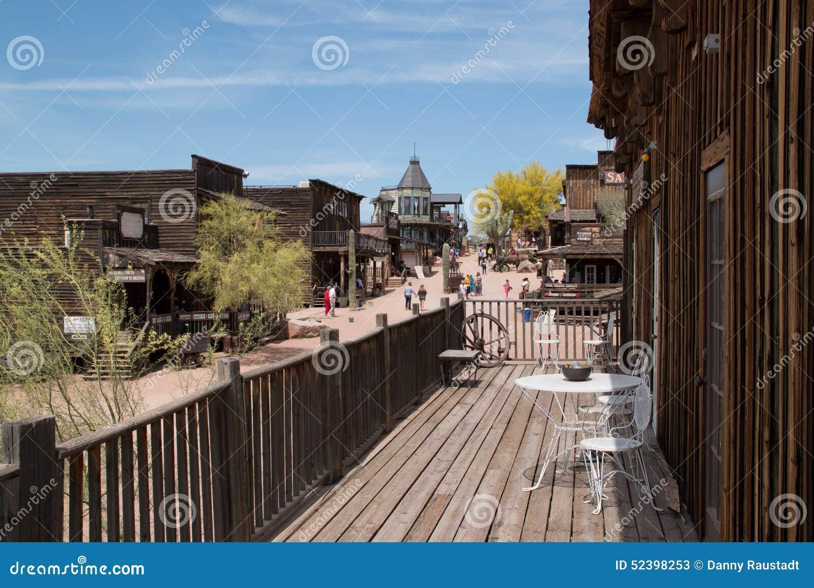 Construções ocidentais selvagens velhas da cidade
