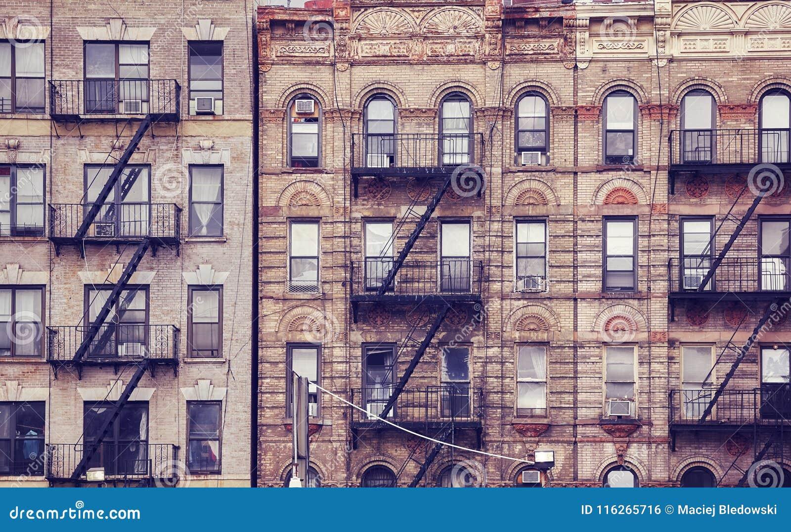 Construções velhas com escapes de fogo em New York City