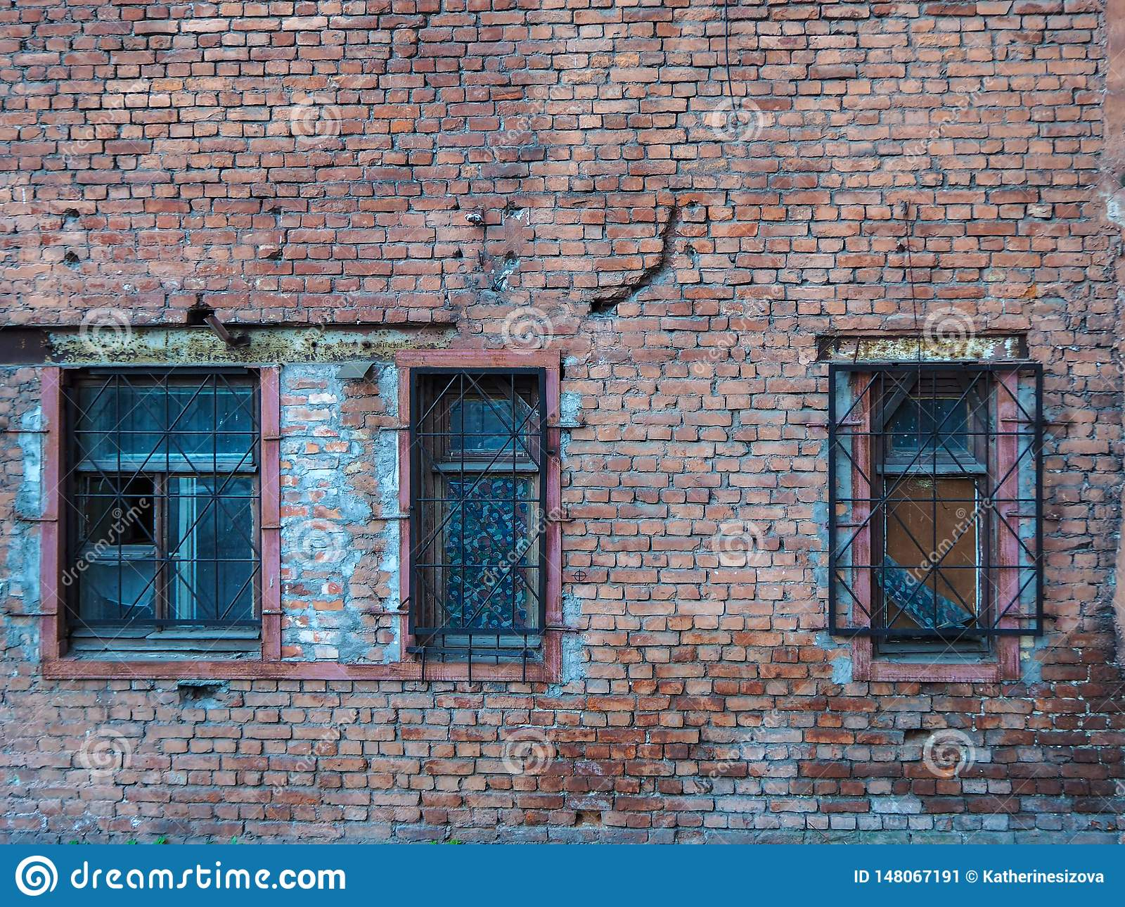 Constru??o abandonada velha com janelas quebradas
