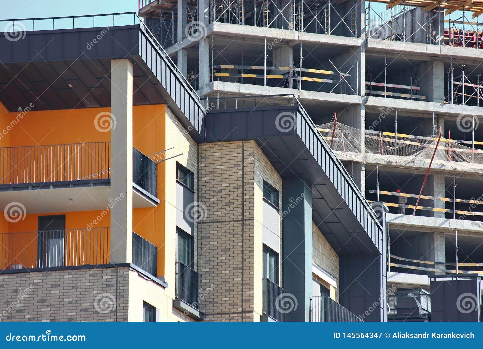 Constru??o moderna do multi-andar e dos pr?dios de apartamentos estruturas concretas pelas vidas do pessoa na cidade casas da con