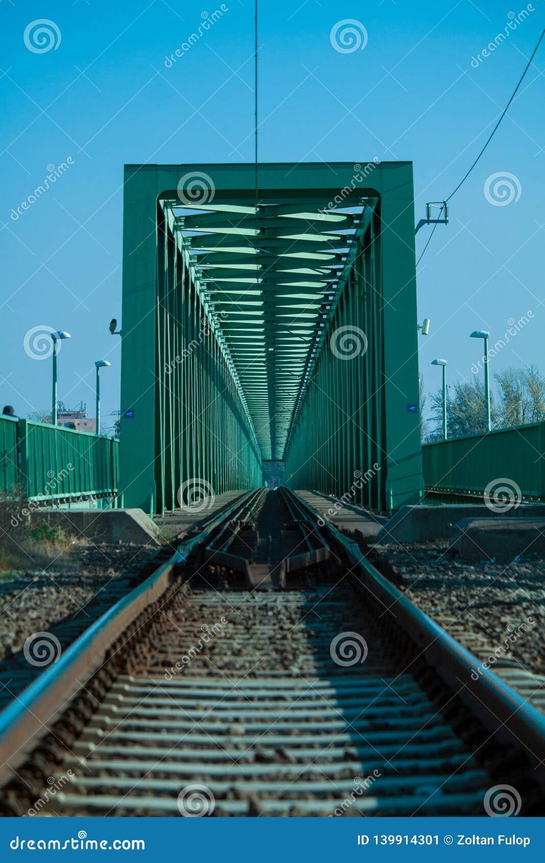 Construcción de acero de un puente ferroviario a través del río Danubio
