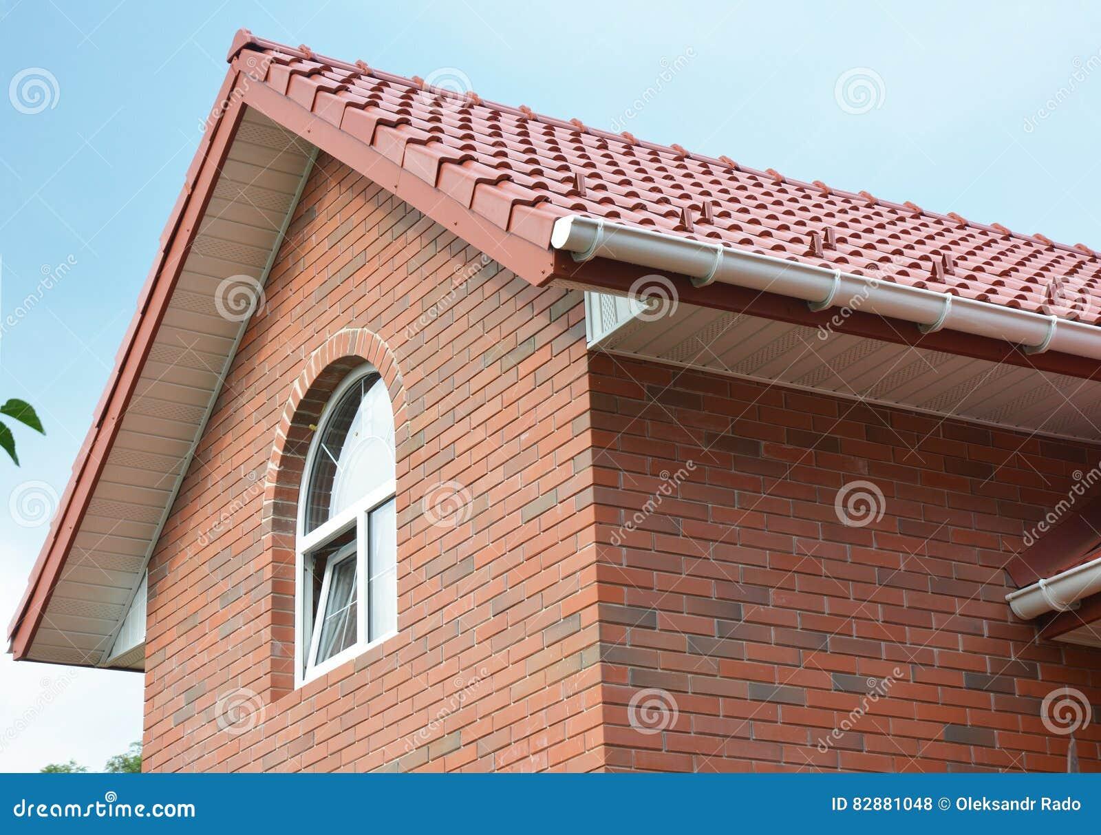 construccin de la techumbre construccin del tejado de la casa del ladrillo del tico con las