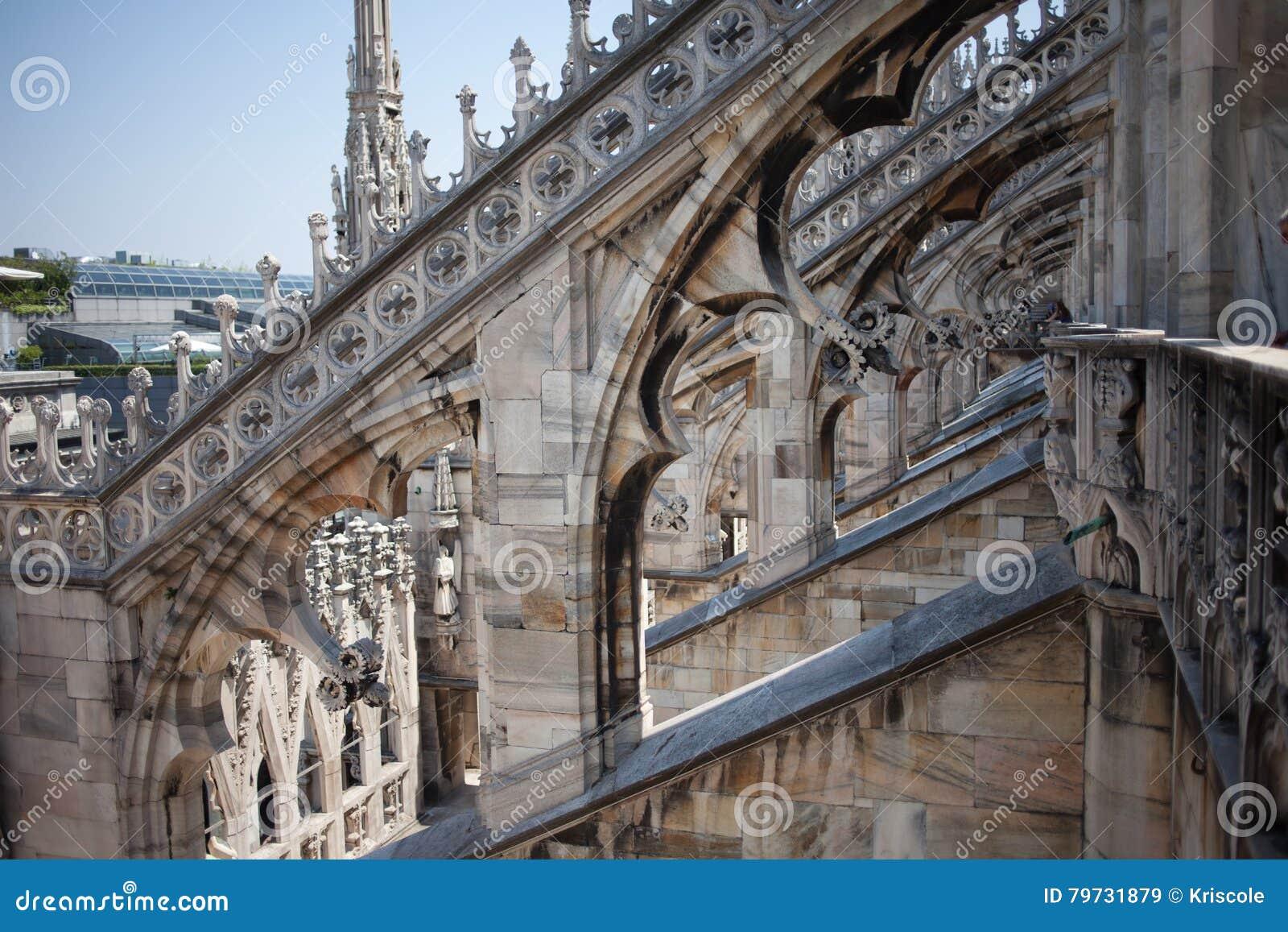 Construcción de mármol blanca en el tejado de los di famosos Milano, plaza del Duomo de la catedral en Milán, Italia Día asoleado