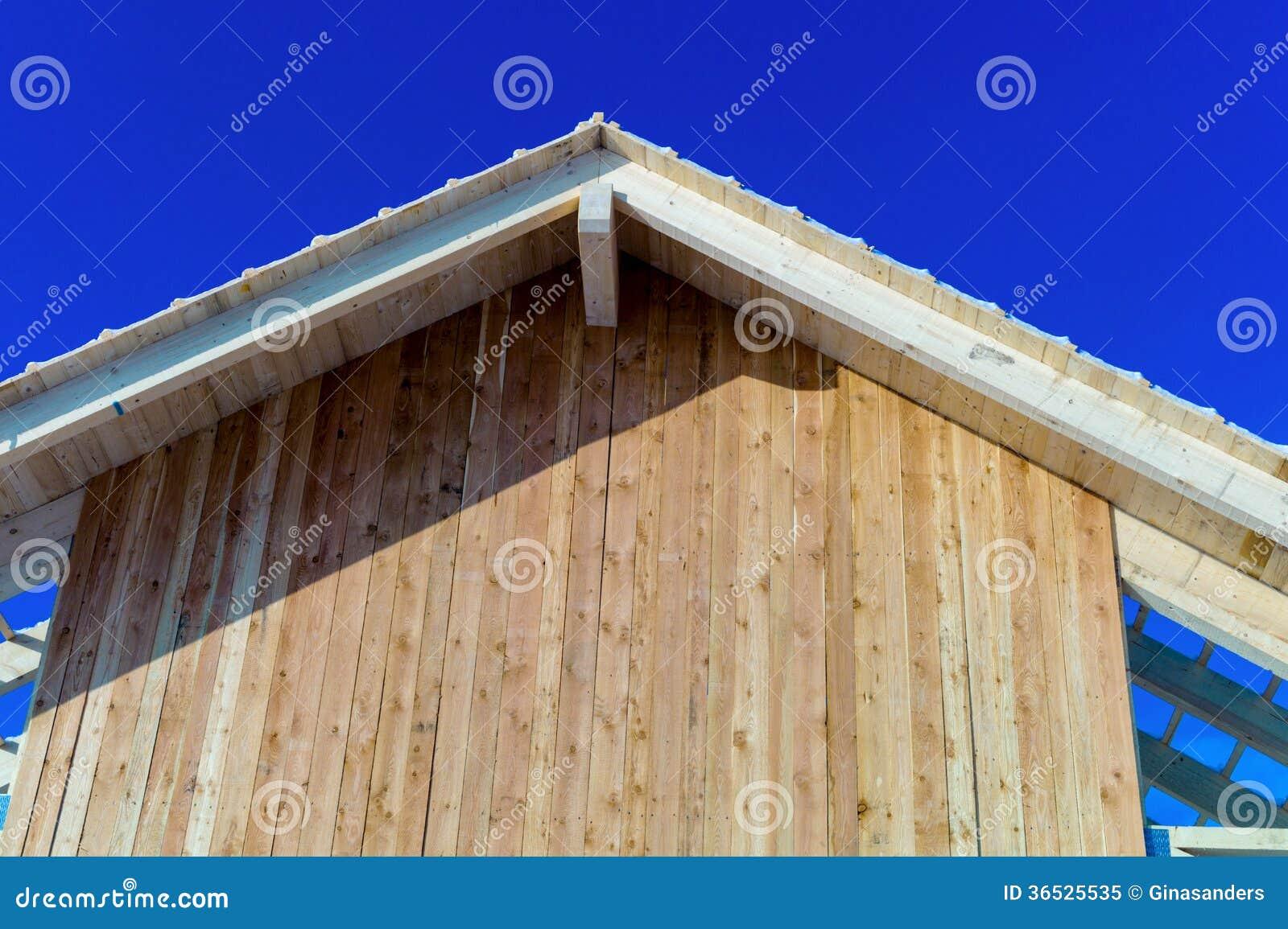 Construcci n de madera del tejado foto de archivo libre de for Tejados de madera construccion