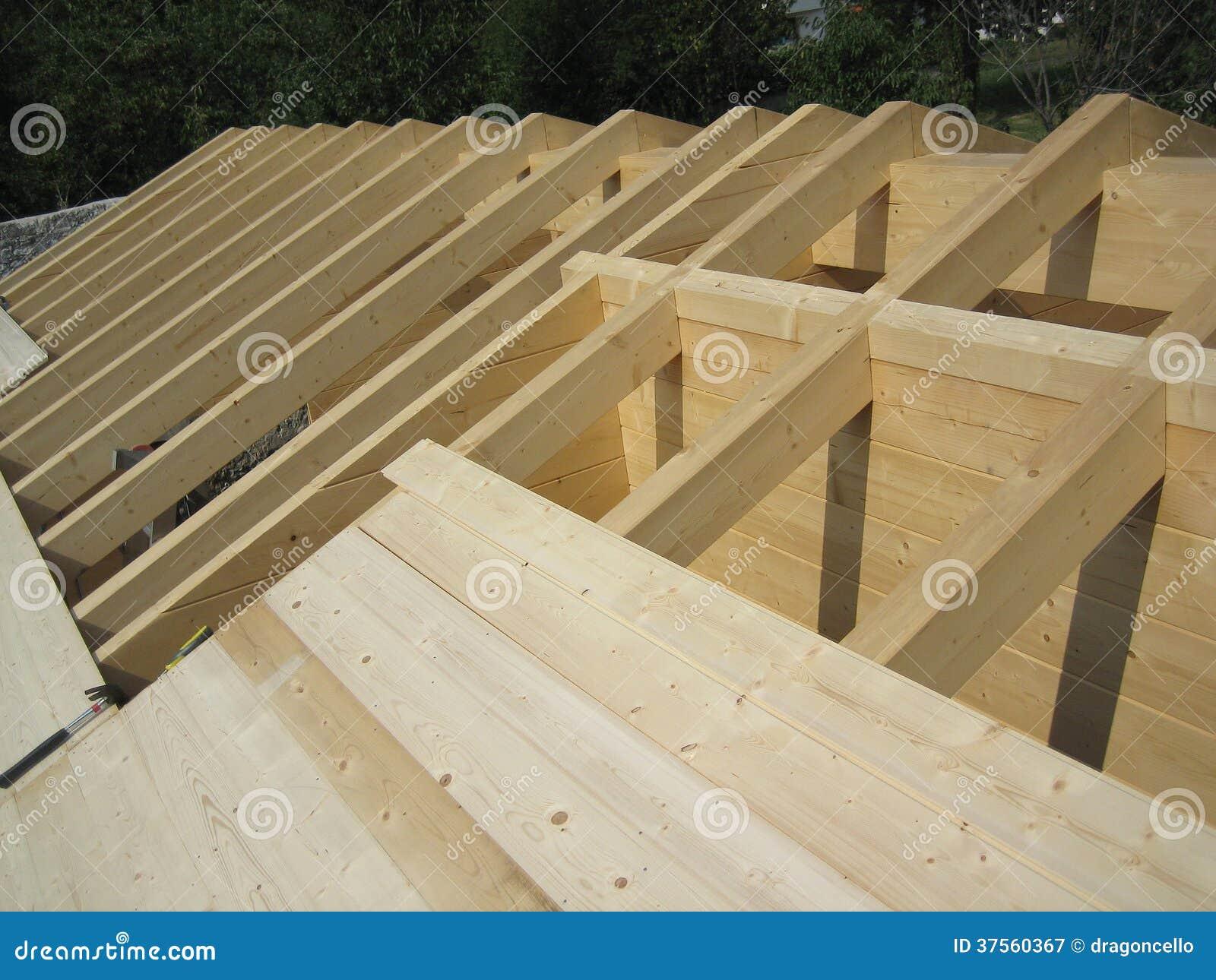 Construcci n de madera del tejado de la casa imagen de - Construccion casas de madera ...
