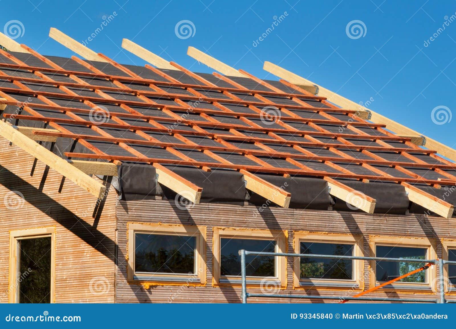 Construcci n de un tejado de madera en una casa ecol gica - Estructura tejado madera ...