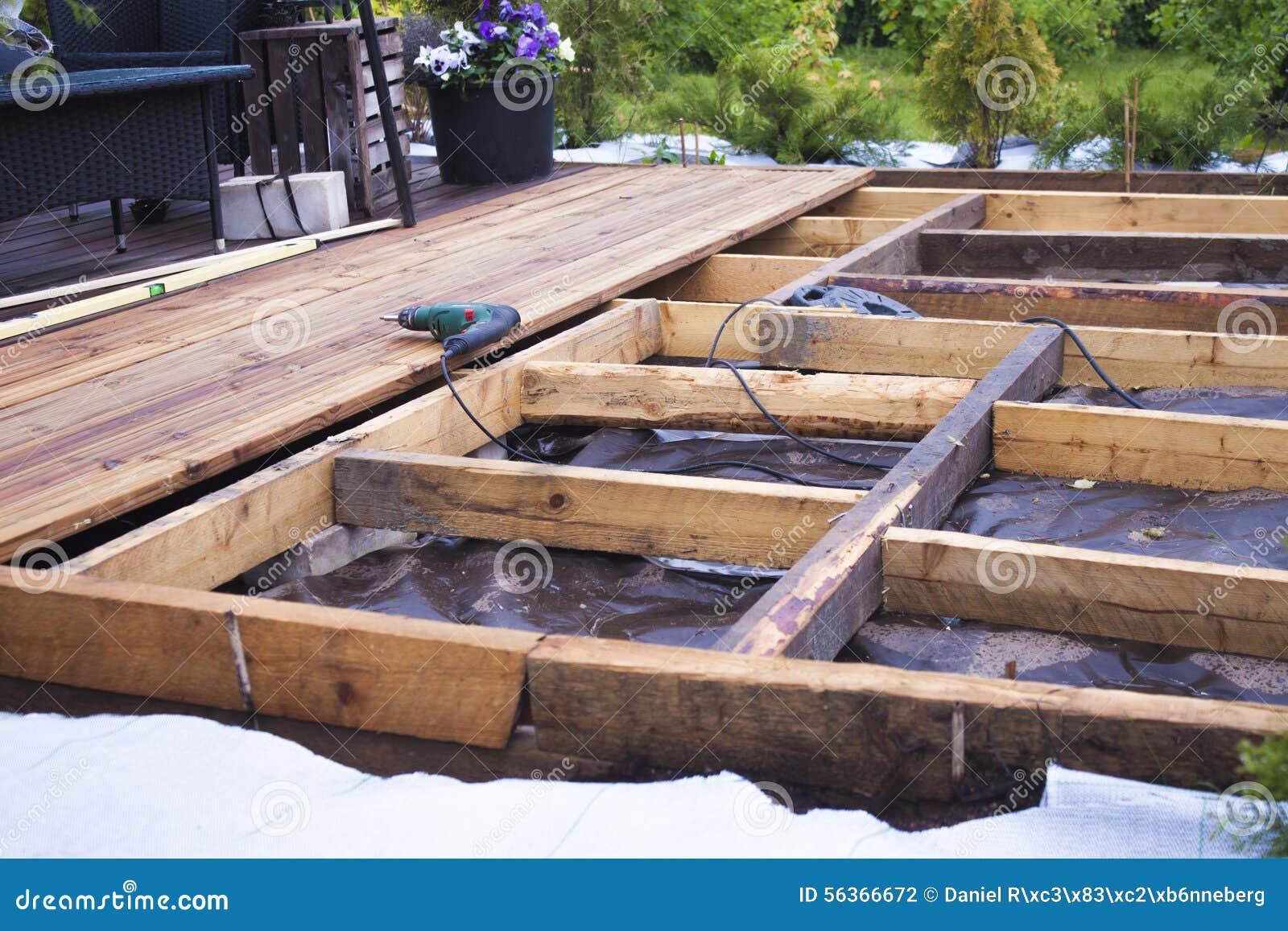 Construcción De Una Terraza De Madera Foto De Archivo