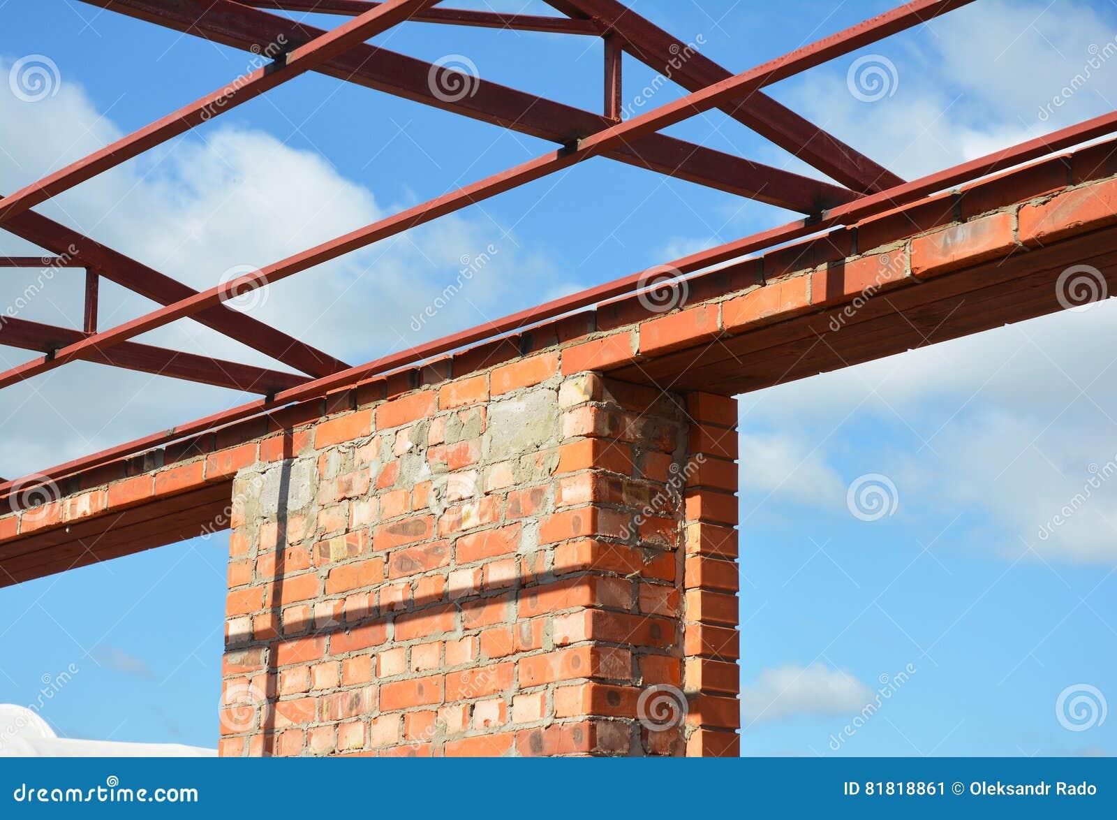 Construcción Del Dintel De La Ventana El Tejado De Acero Ata Los ...