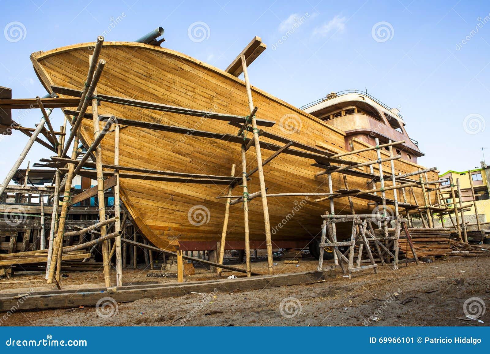 Construcci n de madera del barco del yate foto de archivo for Vetas en la madera