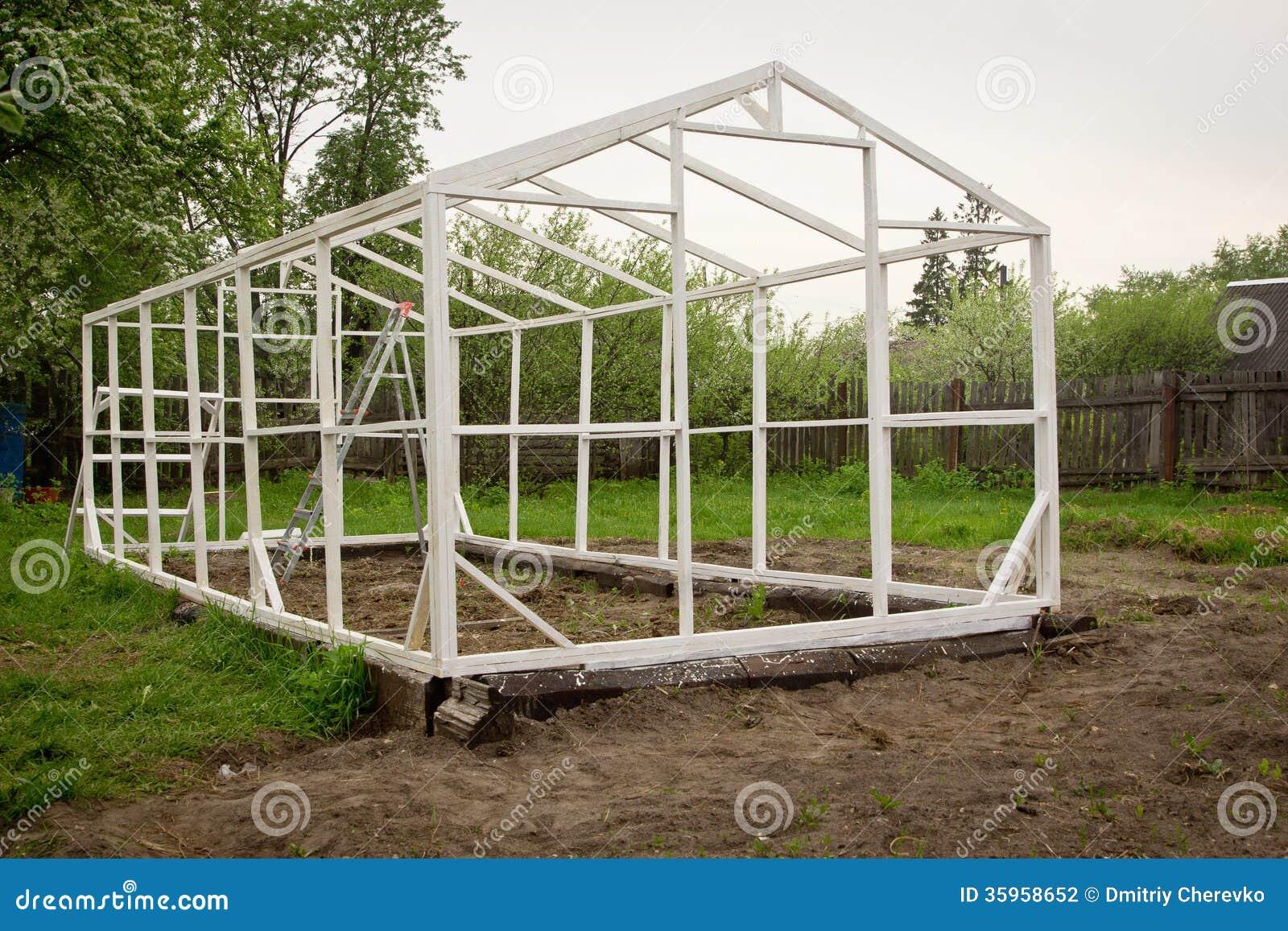 Construcci n de un peque o invernadero fotograf a de - Como hacer un invernadero pequeno ...