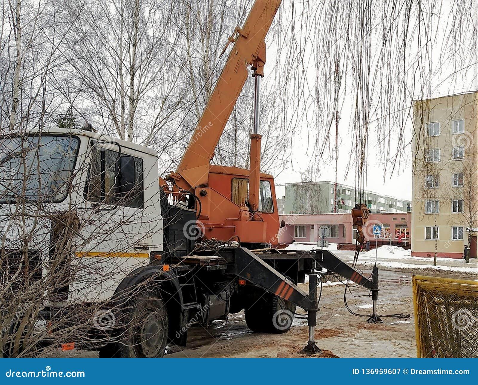 Construcciones de la reparación, perforación del pozo el equipo con bisagras en el tractor, funcionamiento, contra la perspectiva