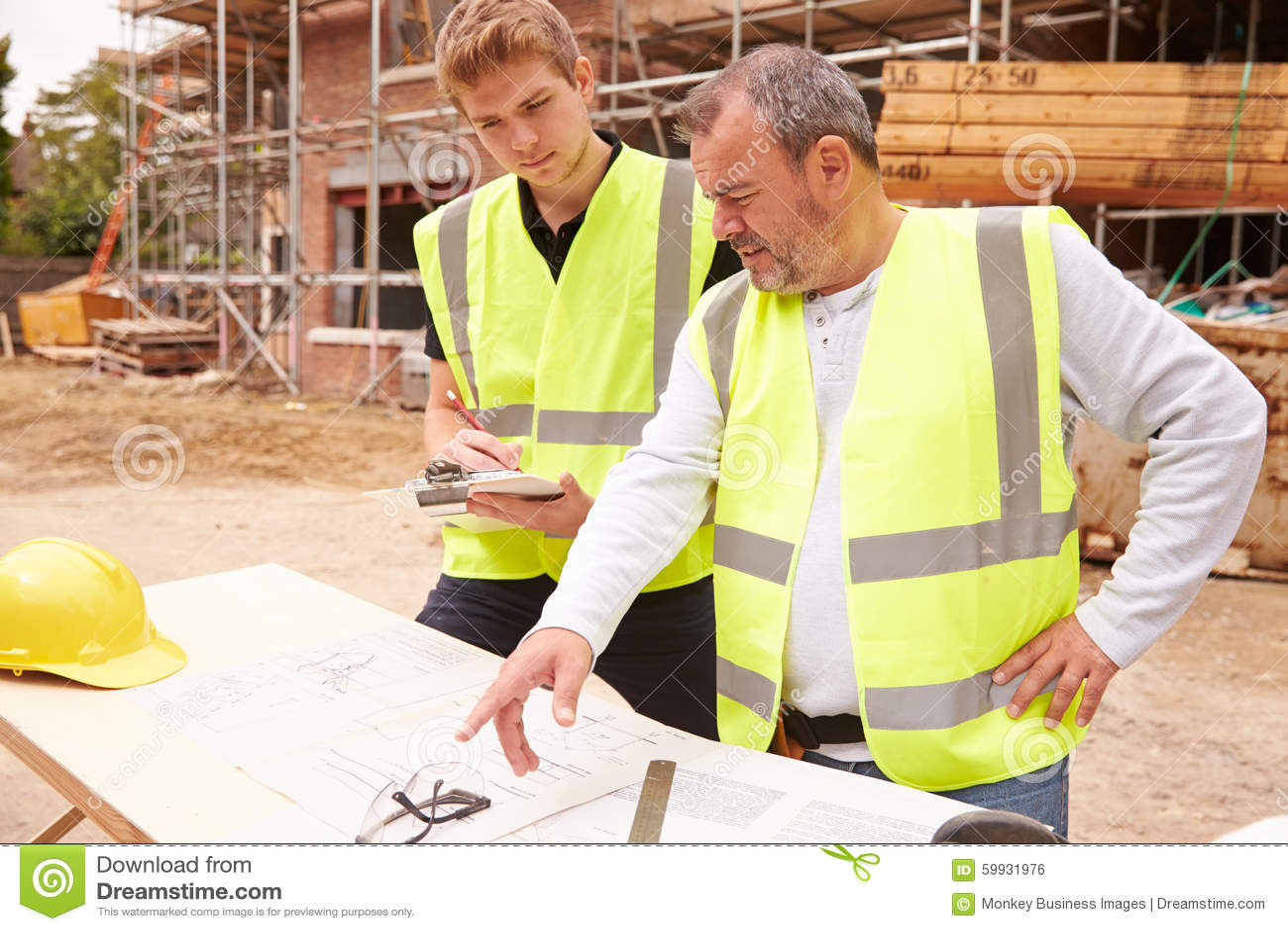 Constructeur on building site discutant le travail avec l for Site constructeur