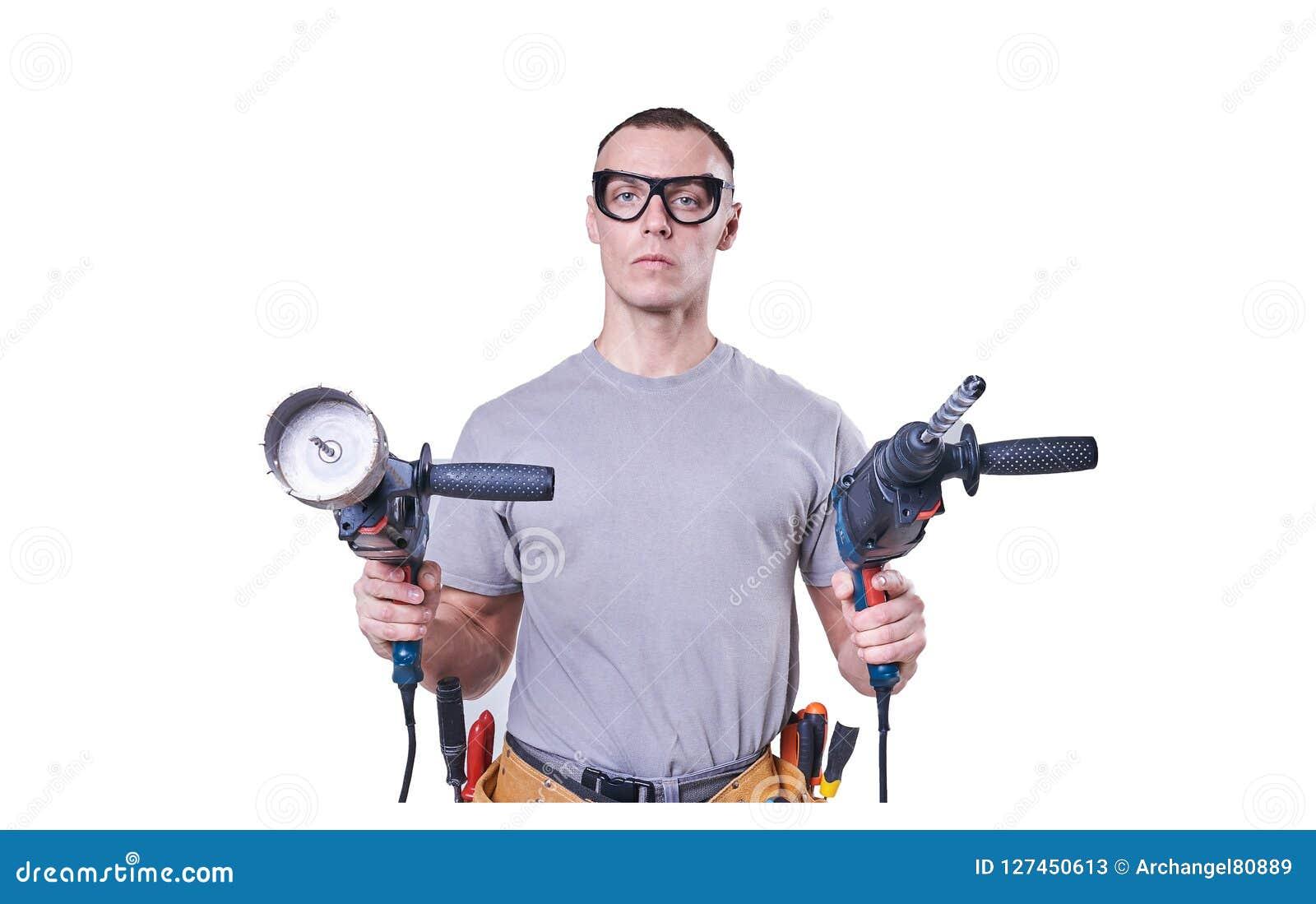 Constructeur masculin tenant des mains deux exercices, d isolement sur le fond blanc