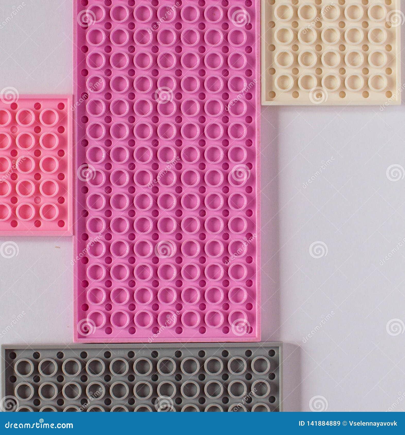 Constructeur rose sur un fond blanc Texture Concept de minimalisme, configuration plate, vue supérieure, fond