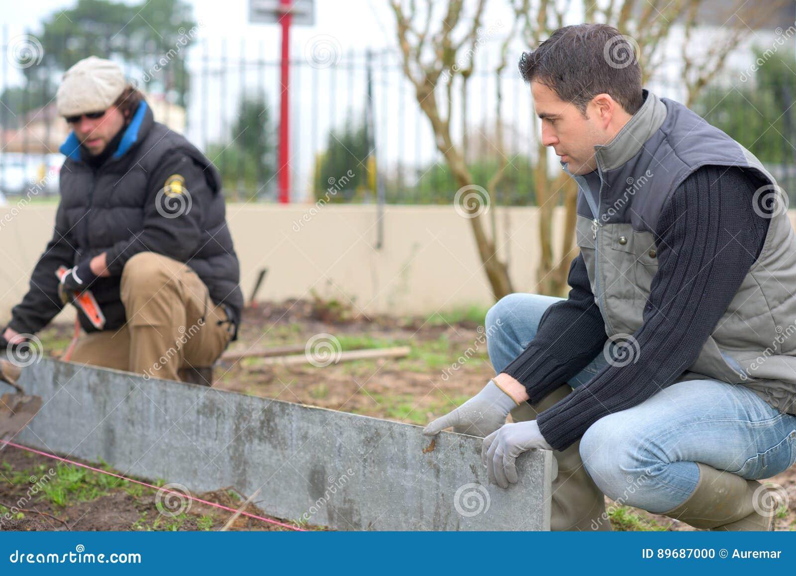 Constructeurs au travail dans le jardin