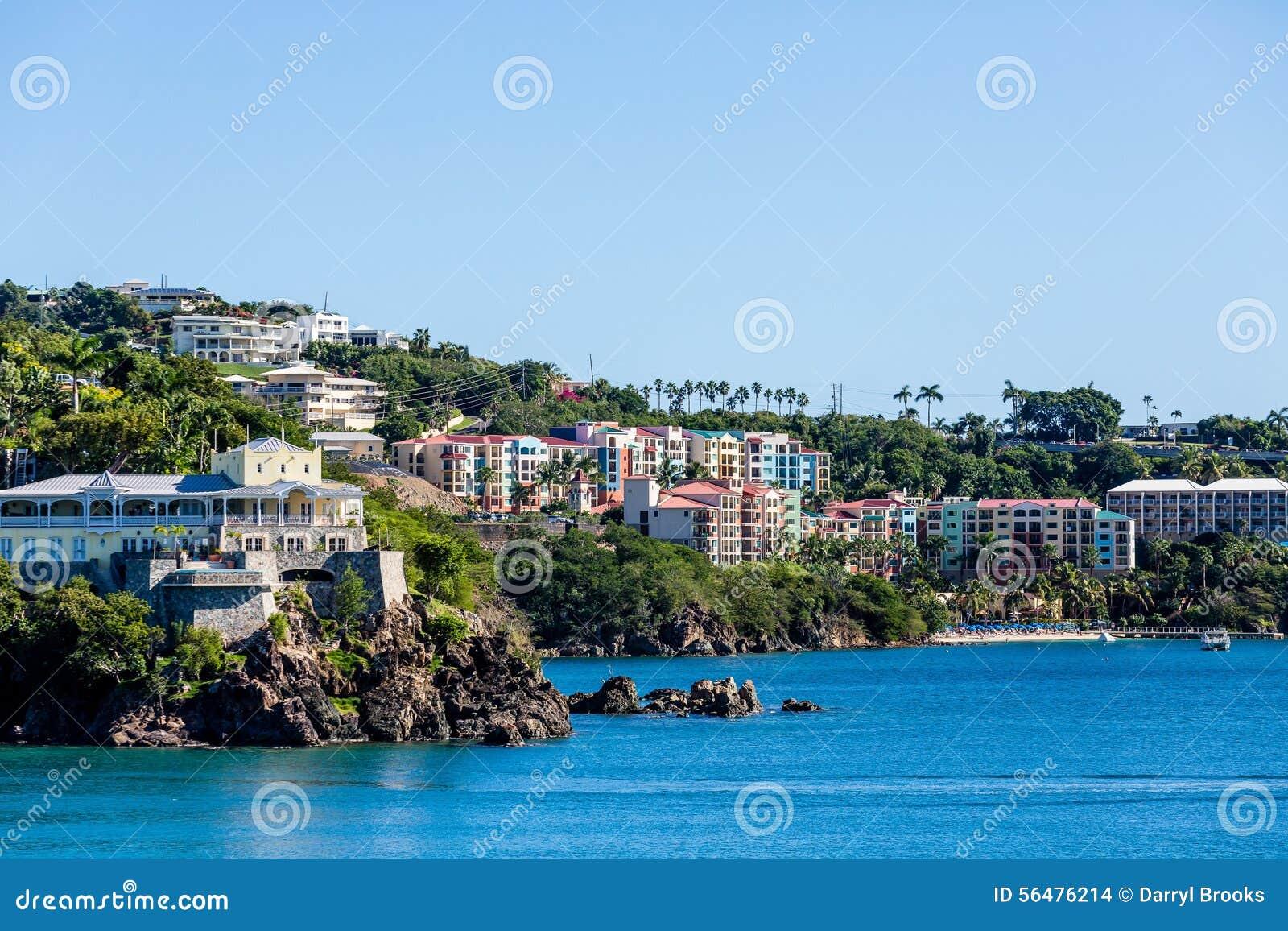 Construction colorée de station de vacances sur la côte tropicale