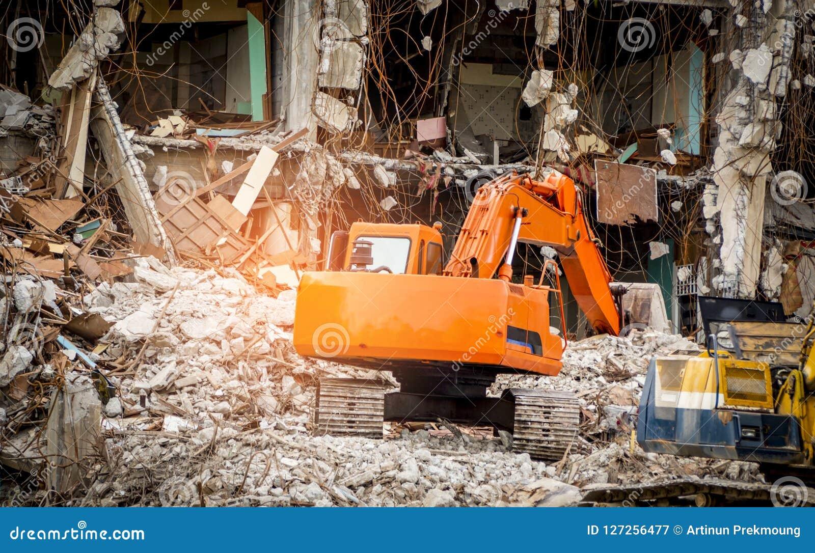 Construction détruite industrielle Démolition de bâtiment par explosion Bâtiment en béton abandonné avec la blocaille Ruine de tr