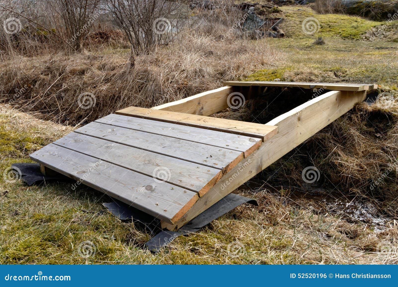construction d 39 un petit pont incurv en bois photo stock image 52520196. Black Bedroom Furniture Sets. Home Design Ideas