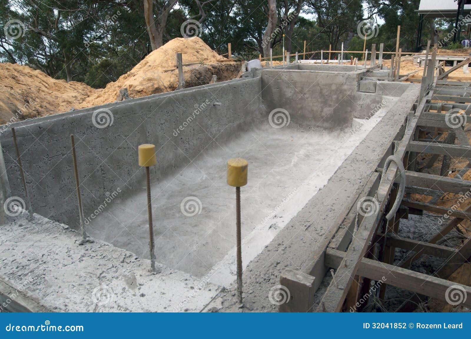 Construction D Une Piscine construction d'une piscine photo stock. image du site - 32041852