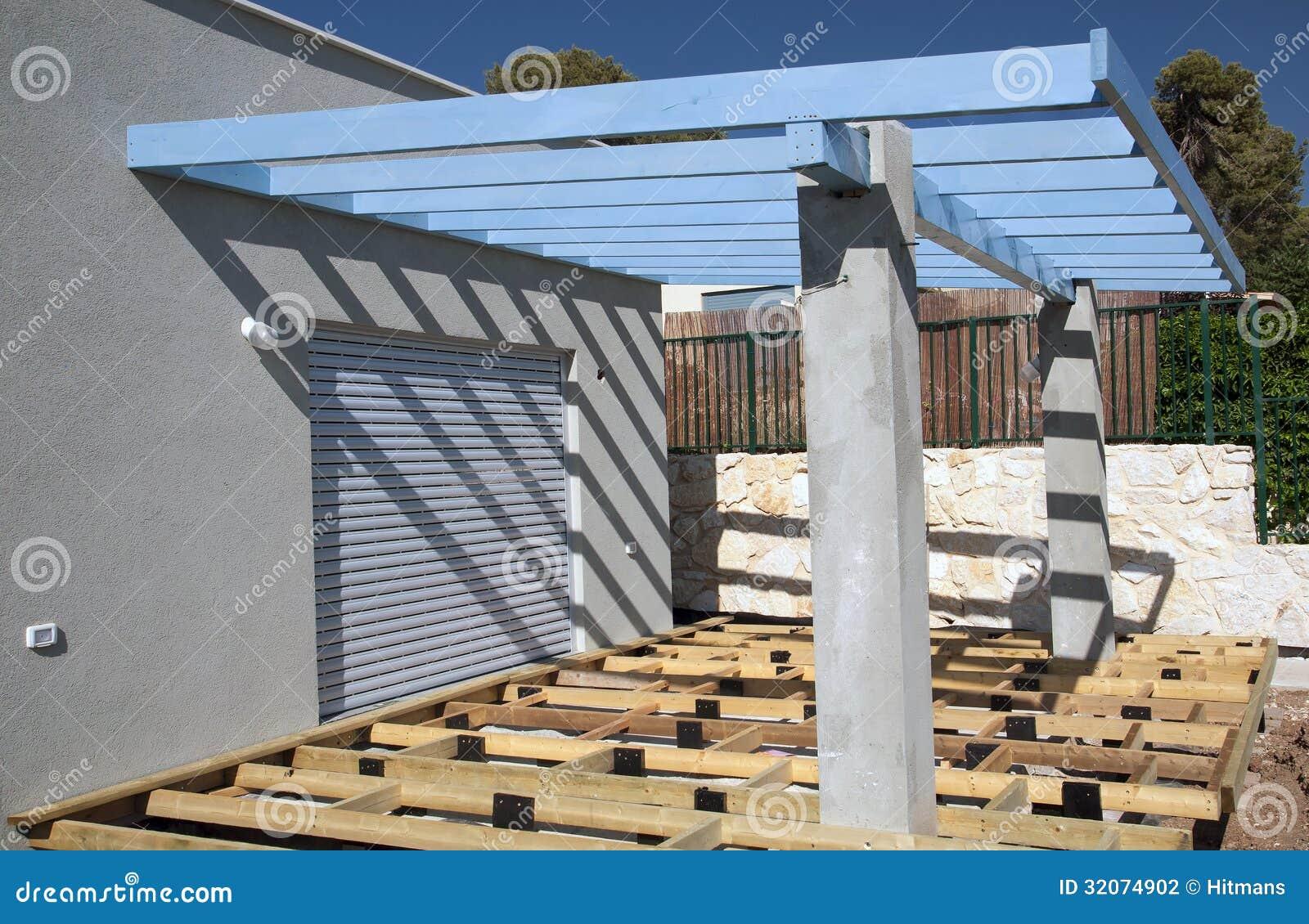 construction d 39 une plate forme et d 39 une pergola photo stock image du buisson lames 32074902