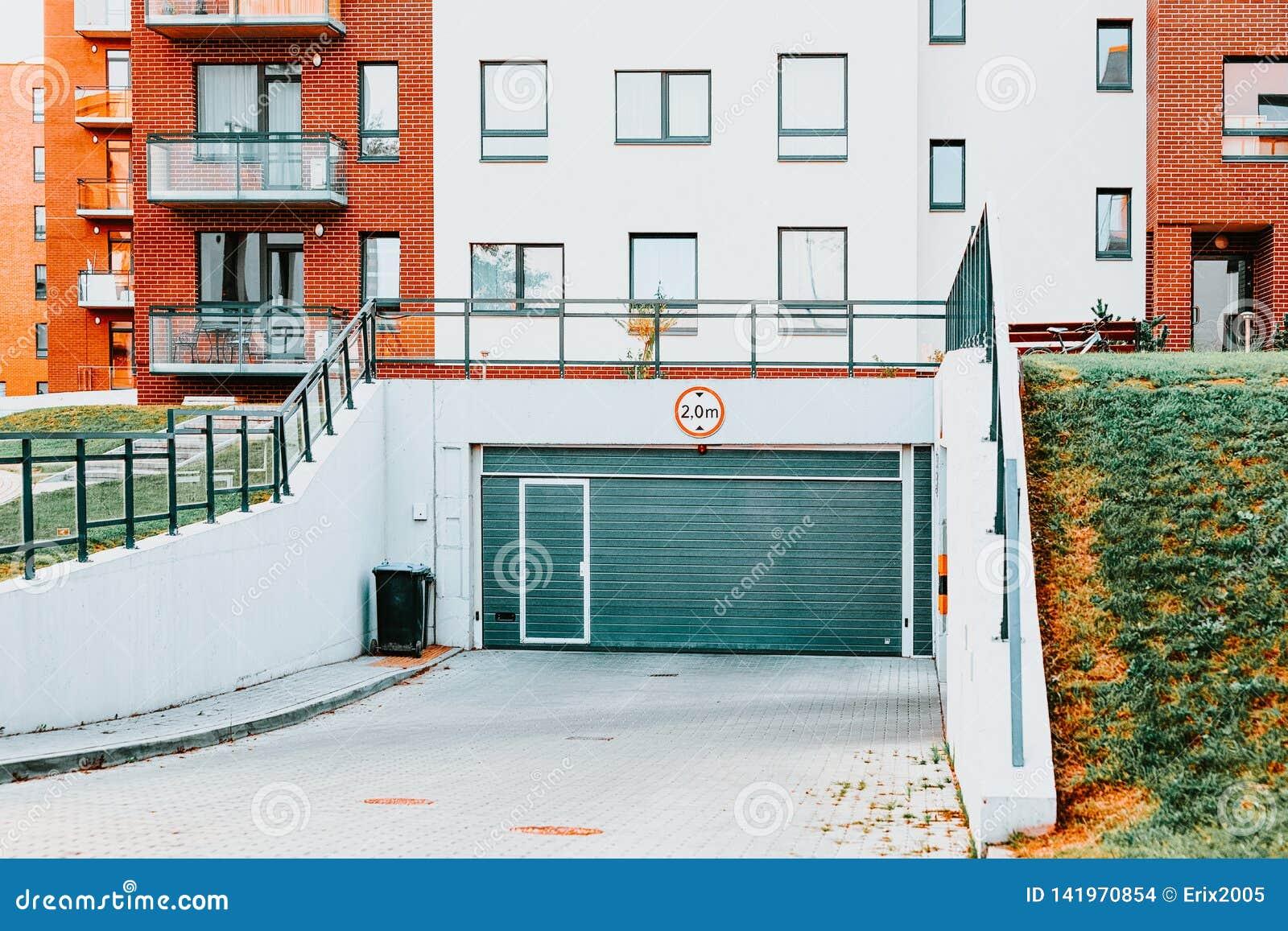 Construction de logements résidentielle moderne d appartement avec le garage et le stationnement