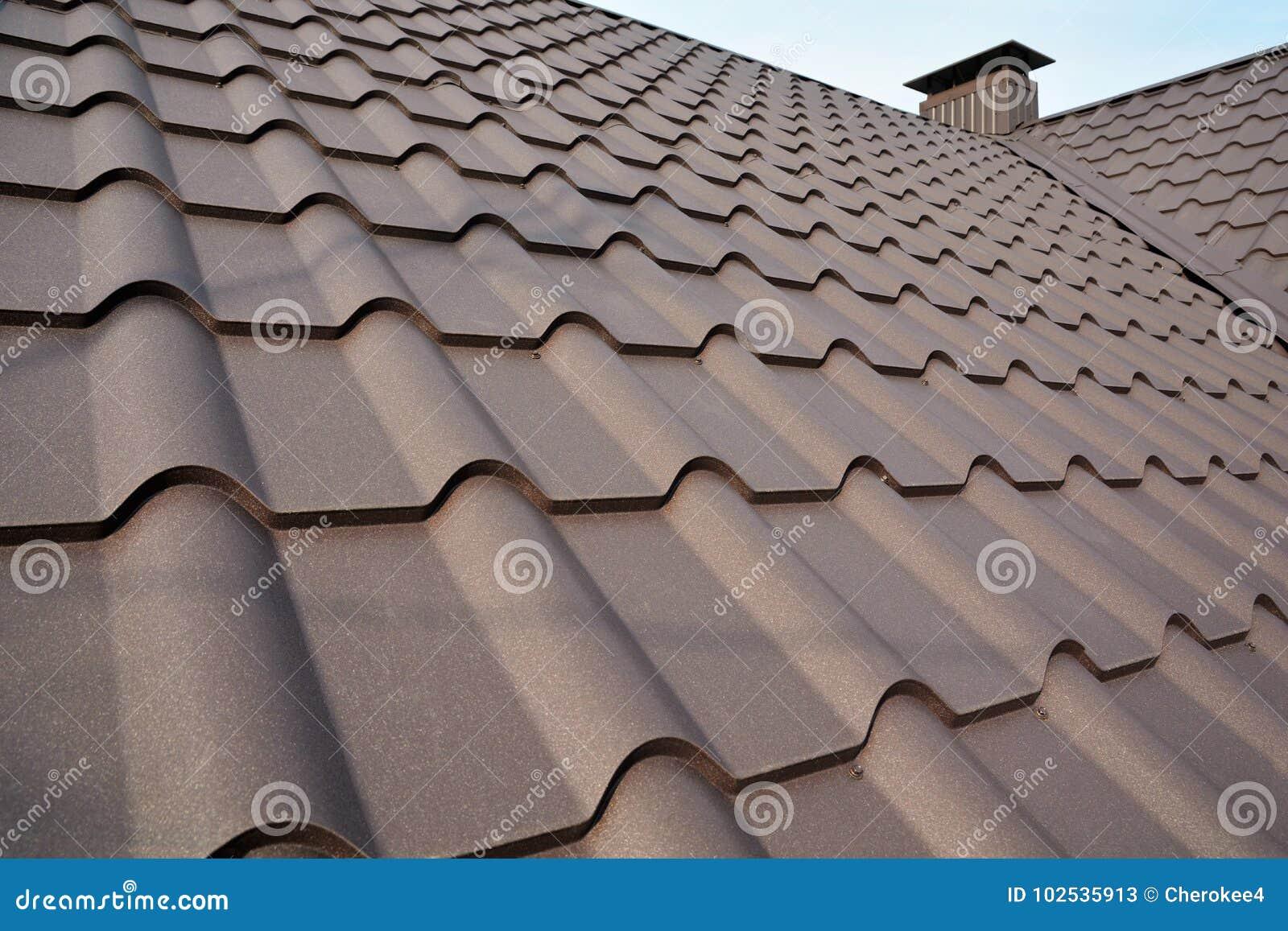 Construction de toit en métal contre le ciel bleu Matériaux de toiture Toit de Chambre en métal Matériaux de construction de cons