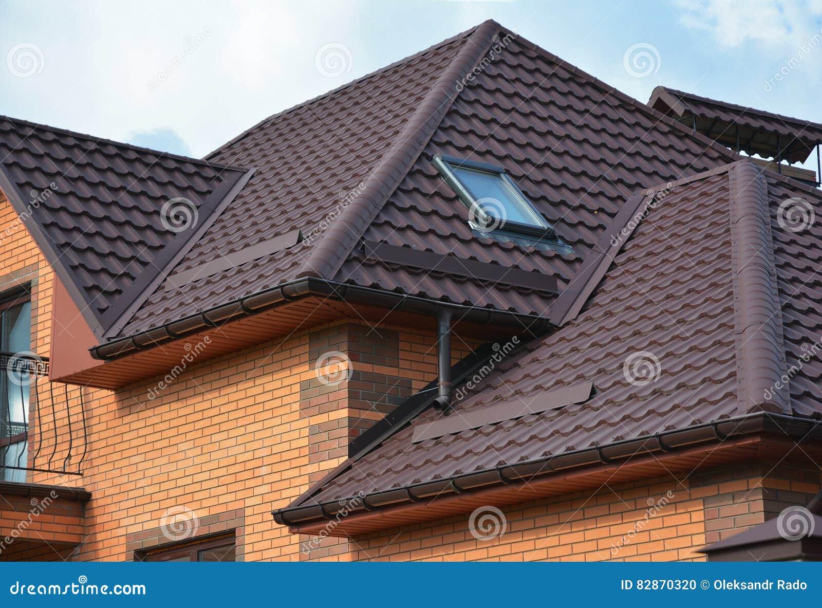 construction de toiture avec les lucarnes de grenier le syst me de goutti re de pluie et la. Black Bedroom Furniture Sets. Home Design Ideas