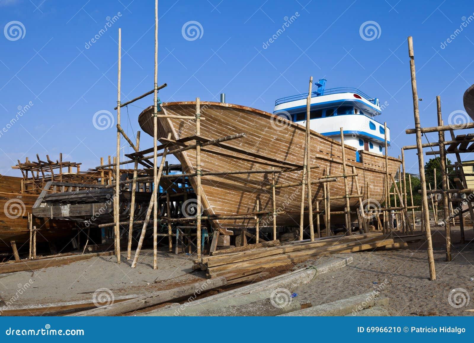Construction en bois de bateau de yacht photo stock for Bois de construction