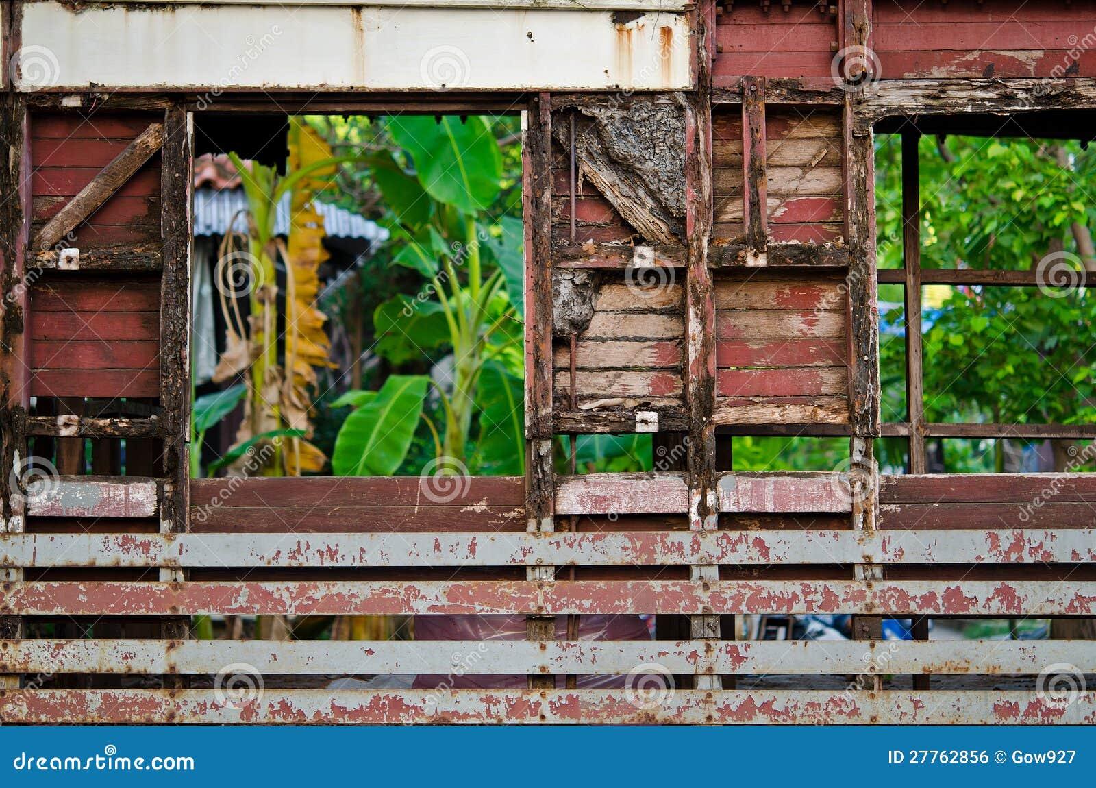 Construction en bois de ruine au milieu de taudis urbain