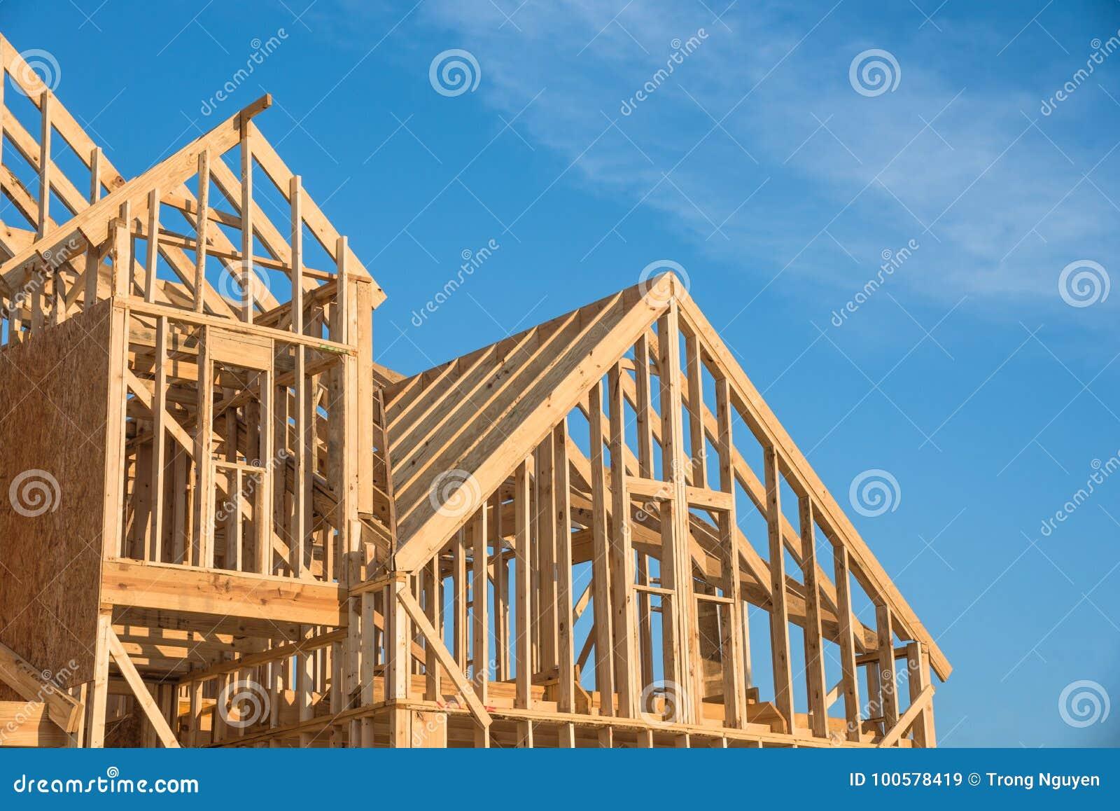 Construction en bois en gros plan de maison de toit de pignon