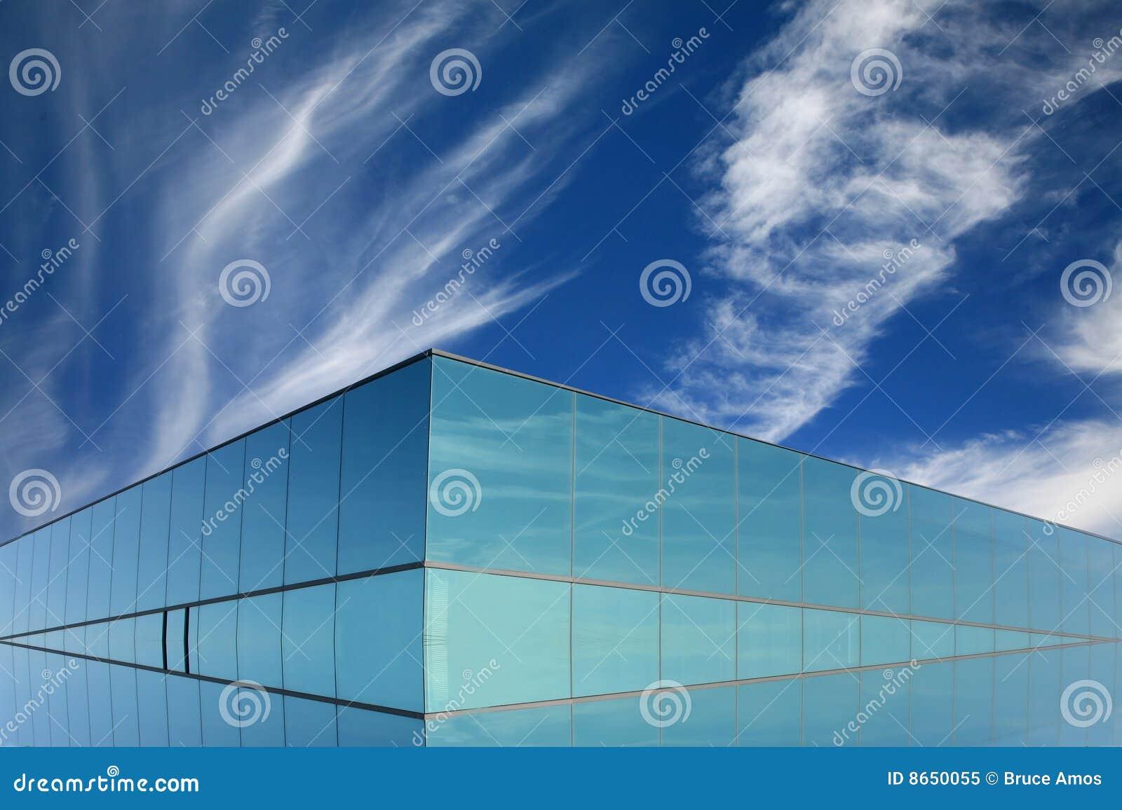 Construction moderne en glace bleue