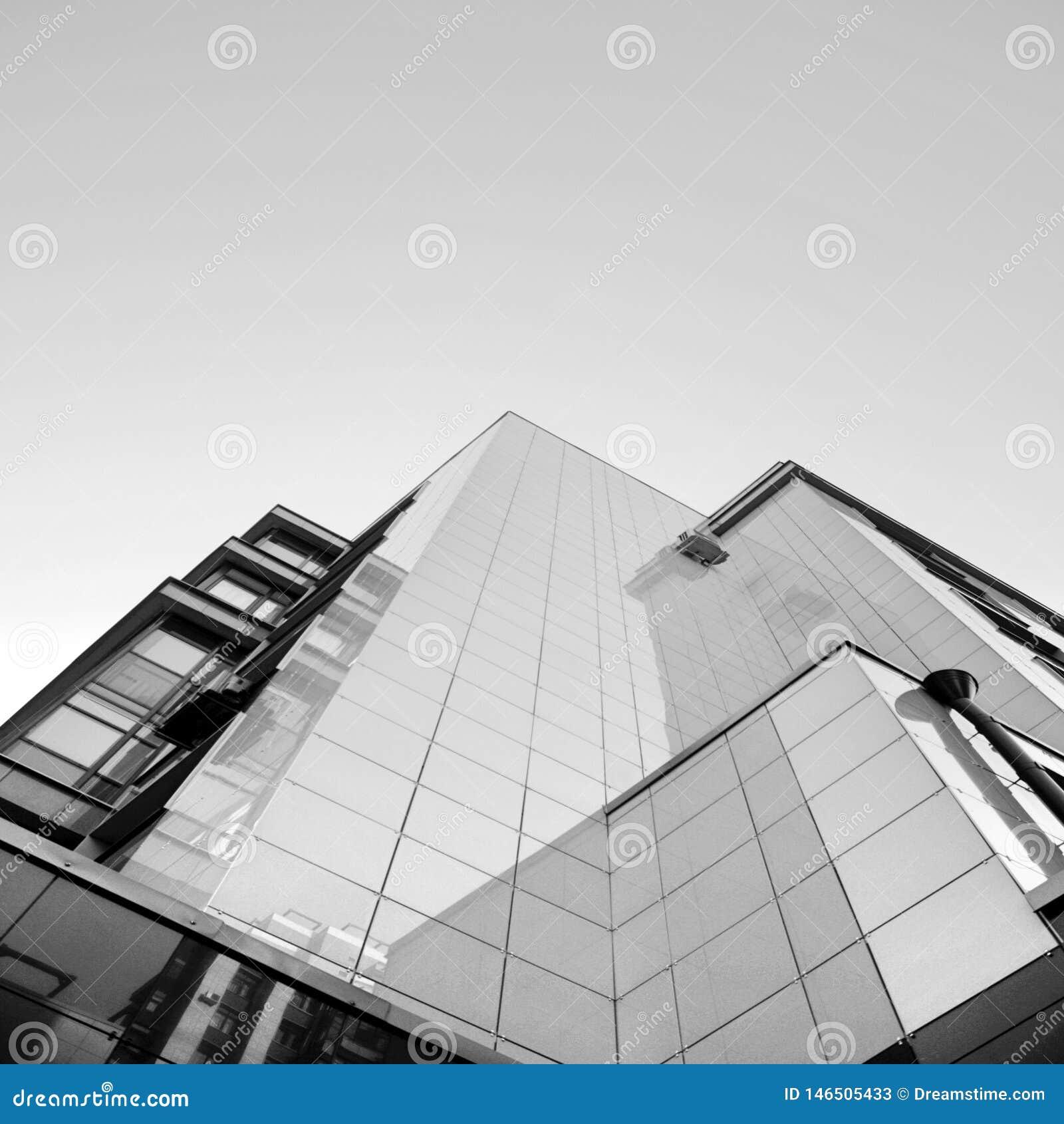 Construction moderne sous le ciel bleu