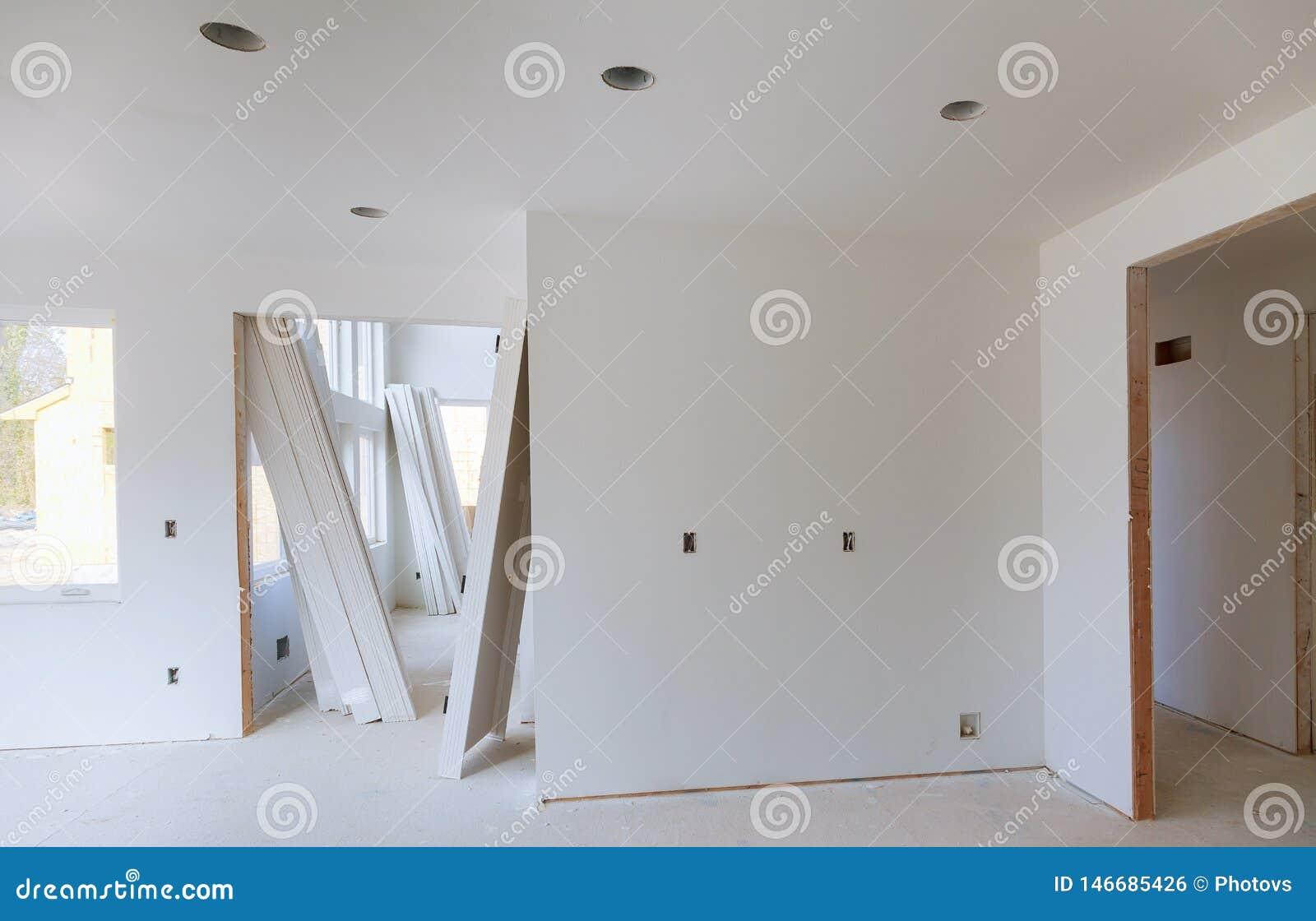 Construction transformant le panneau en bois d équilibre de maison dessus avec la scie circulaire