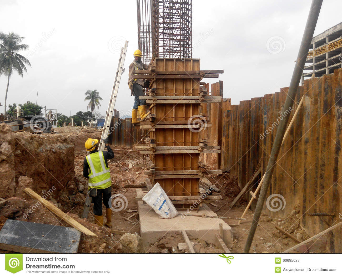 Construction workers fabricating timber column formwork at - Madera de encofrar ...