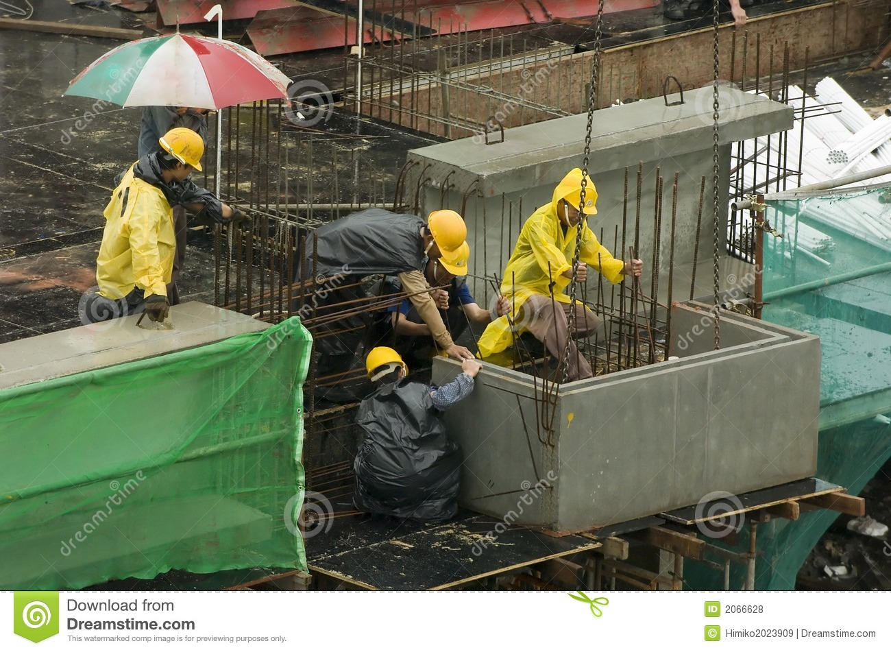 Building Construction Workers : Construction workers at high rise building royalty free