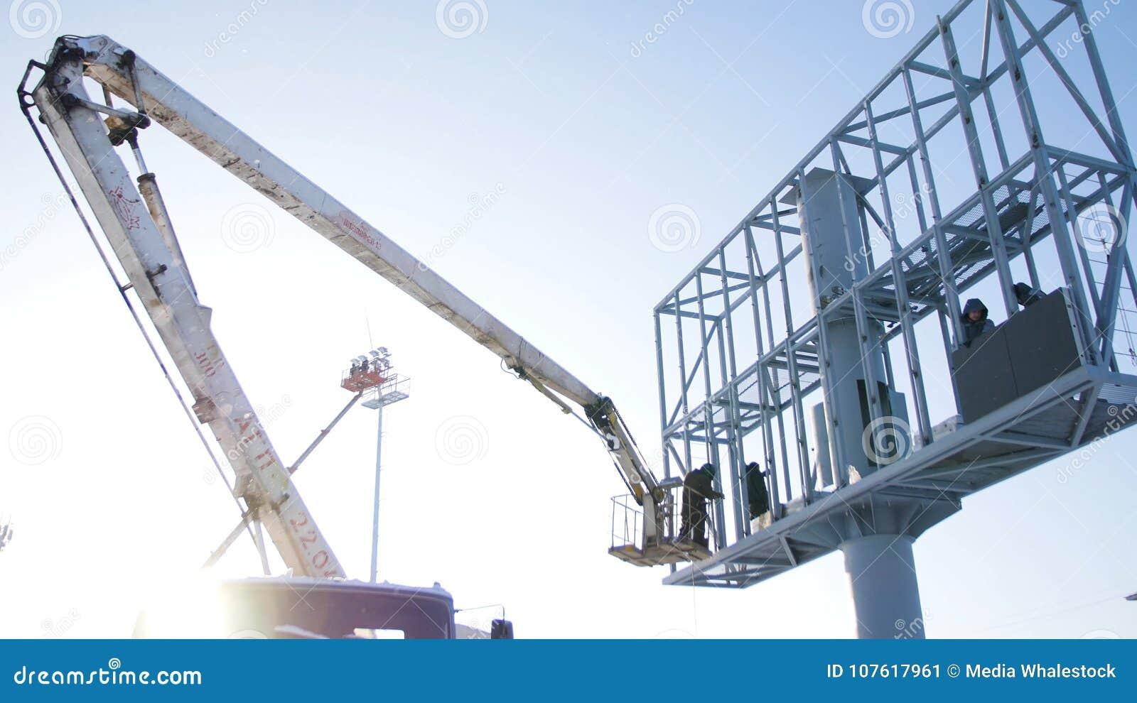 Constructor En Una Plataforma De La Elevación En Un Emplazamiento De ...