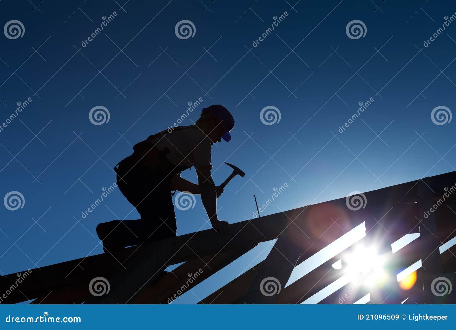 Constructor o carpintero que trabaja en la azotea