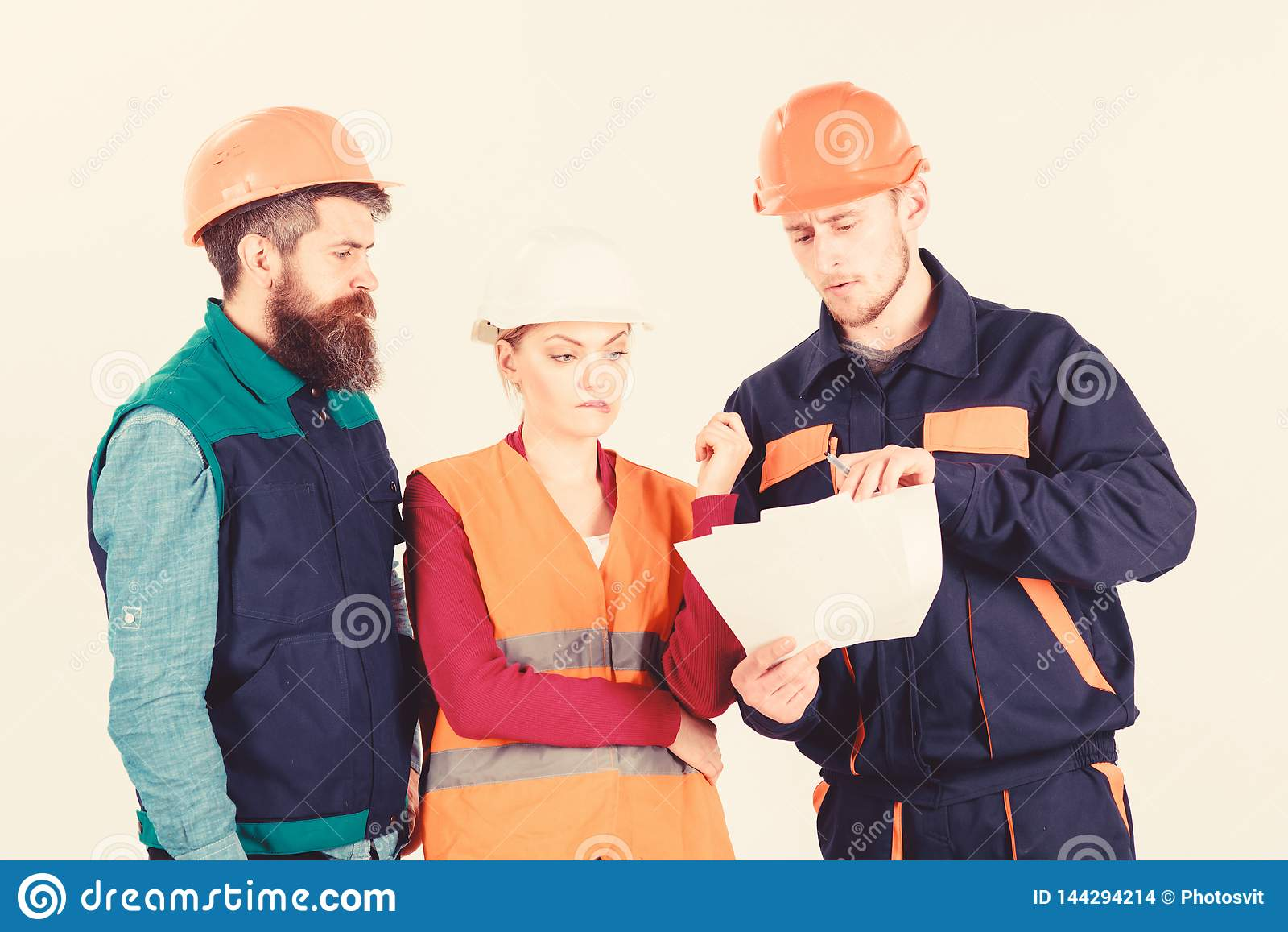 Constructores e ingeniero que discuten, entendiendo mal Equipo de arquitectos, ingenieros