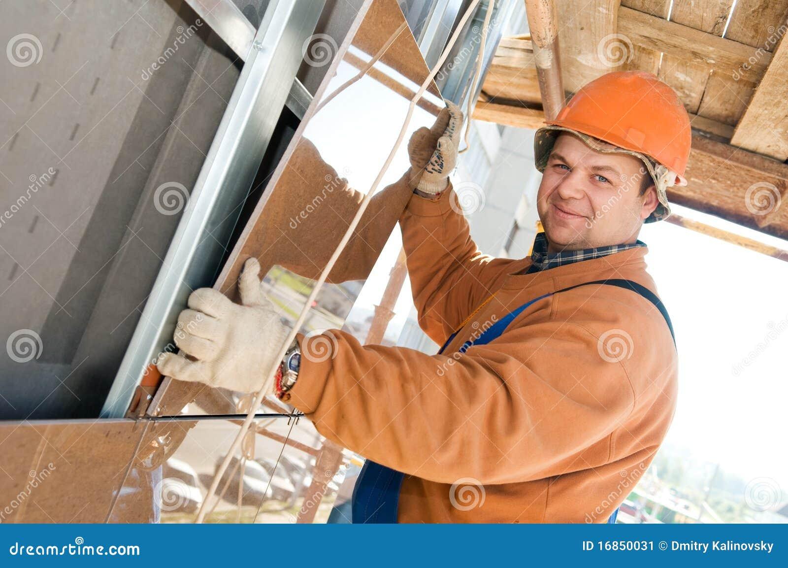Construtor do trabalhador na telha da fachada