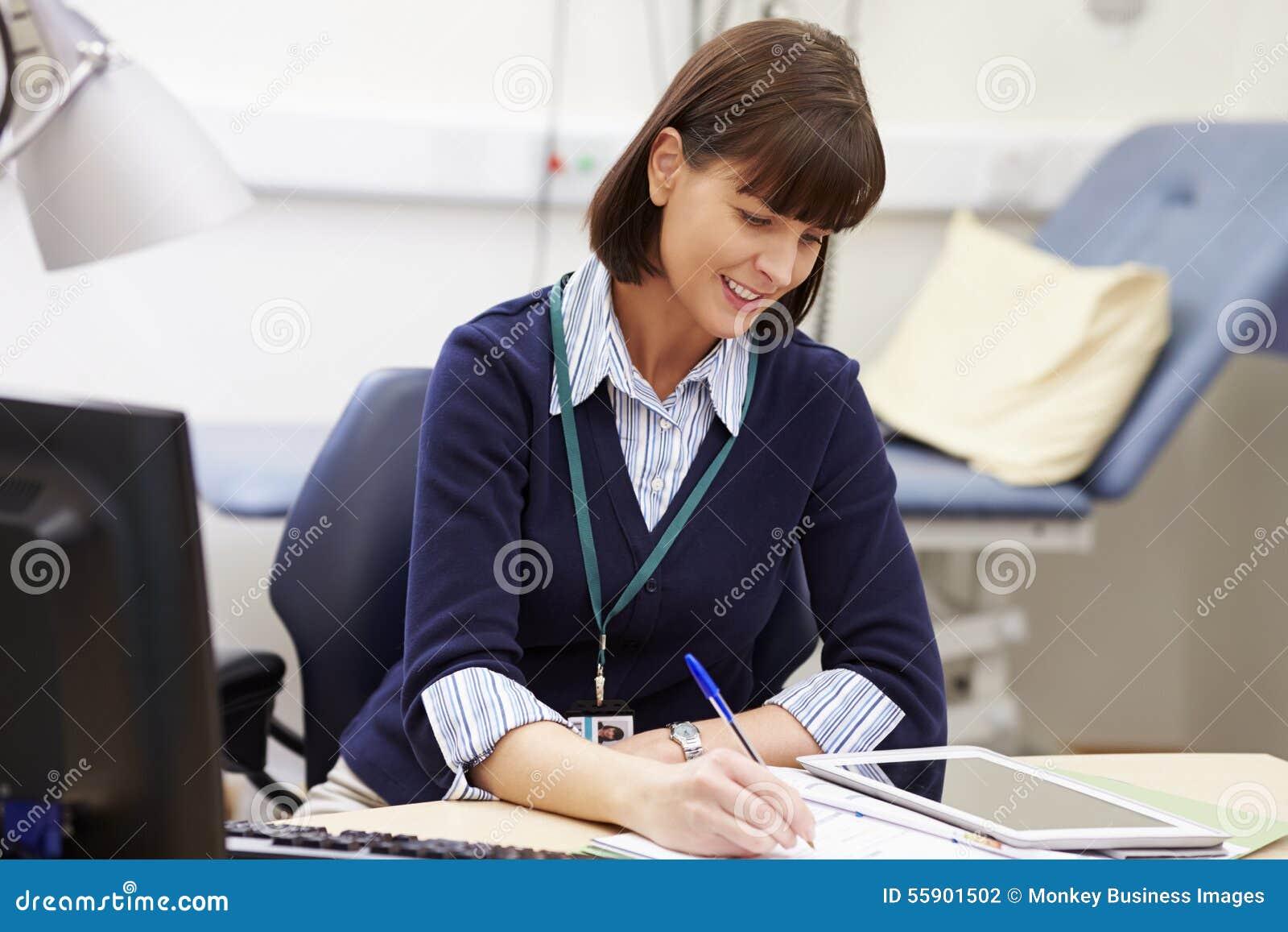 Consulente femminile Working At Desk in ufficio