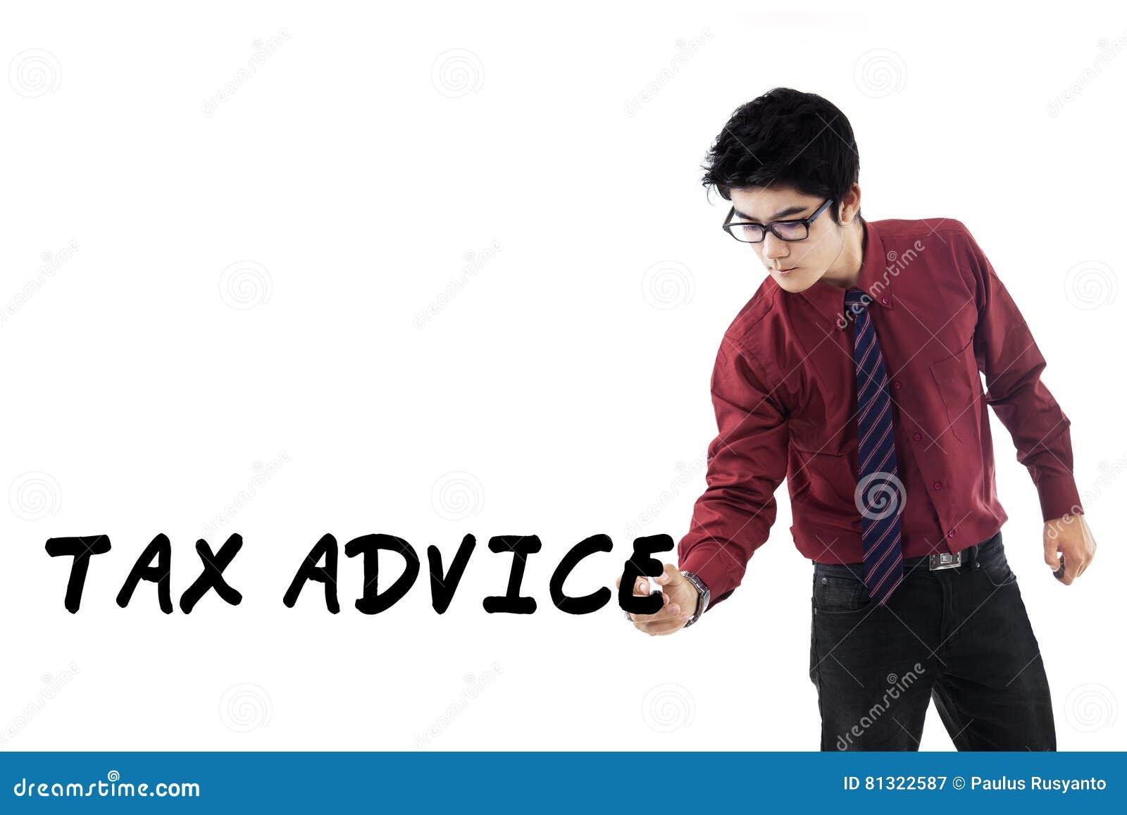 Consulente fiscale maschio con consiglio di imposta