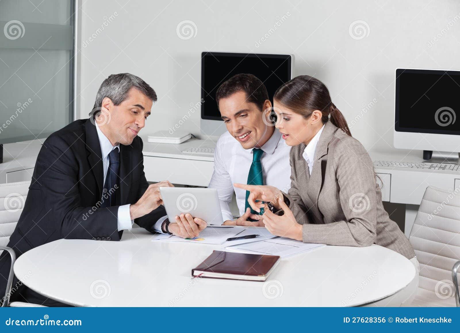 Consultante de imposto do negócio com tabuleta