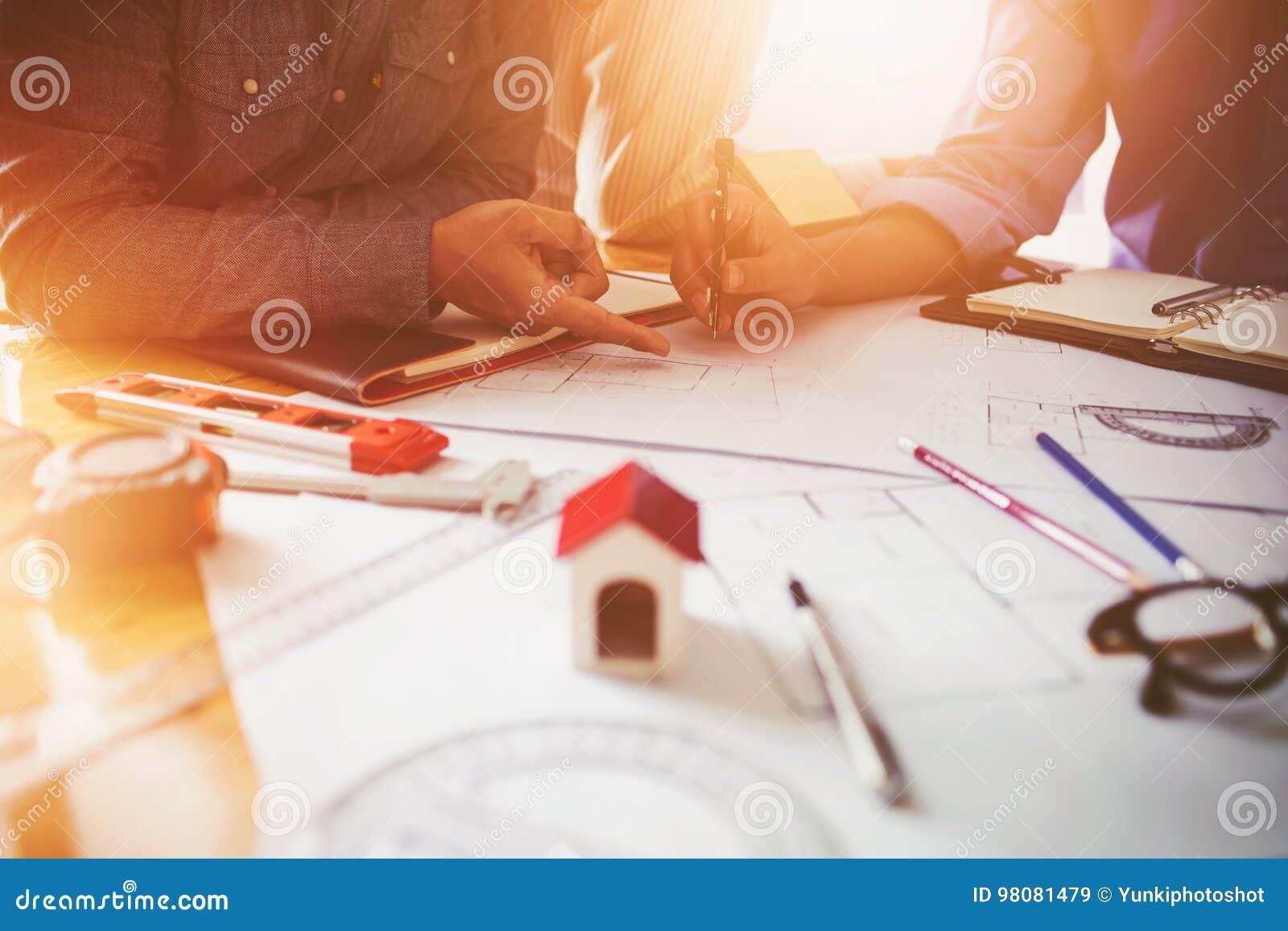 Consultation entre les collègues, machinant l équipe pour vérifier le modèle