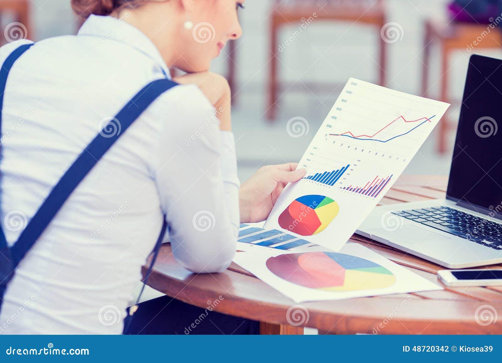 Consultor de inversión que analiza informe financiero anual de la compañía