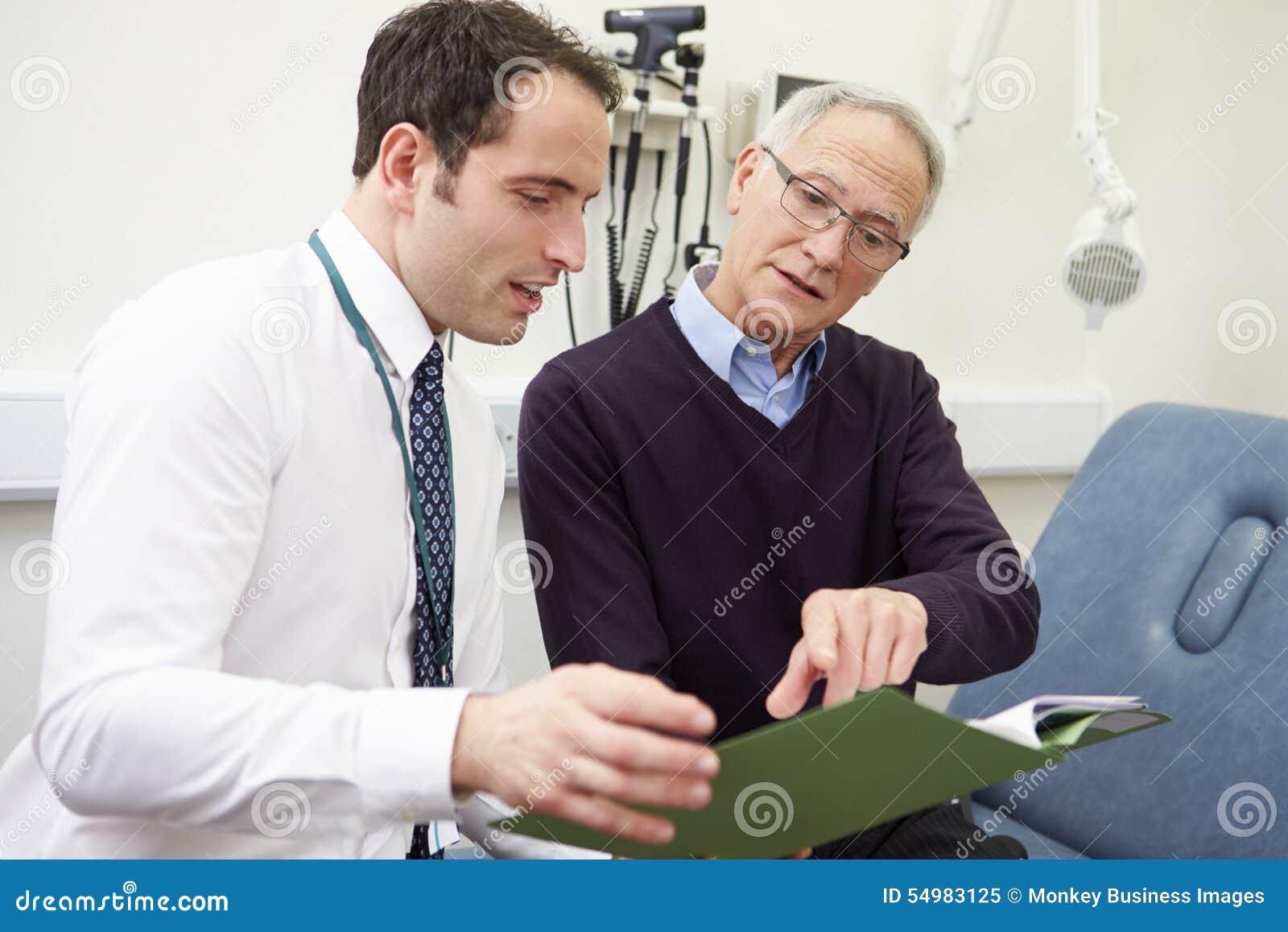 Consultor Discussing Test Results con el paciente