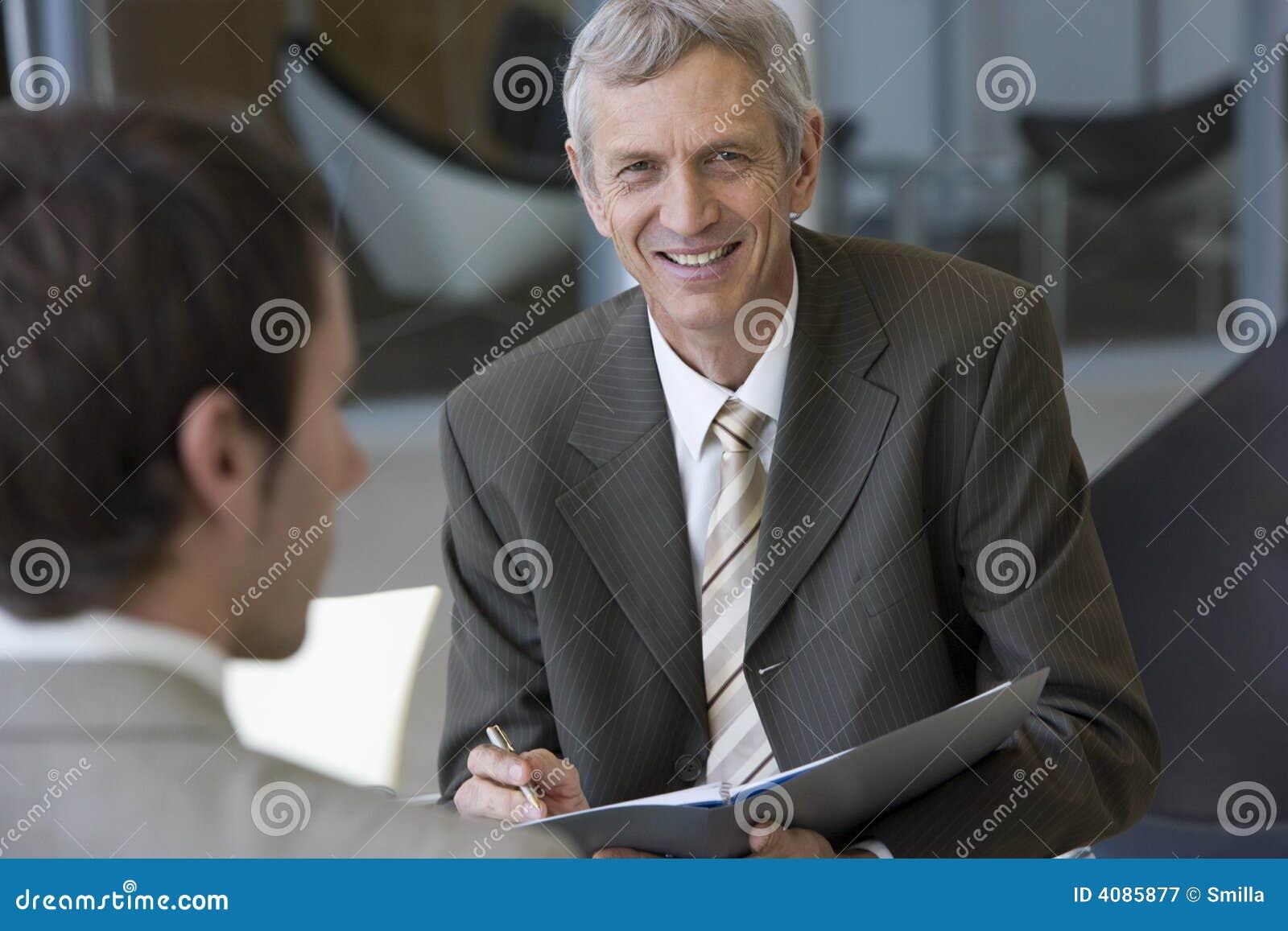 Consultor que habla con un cliente