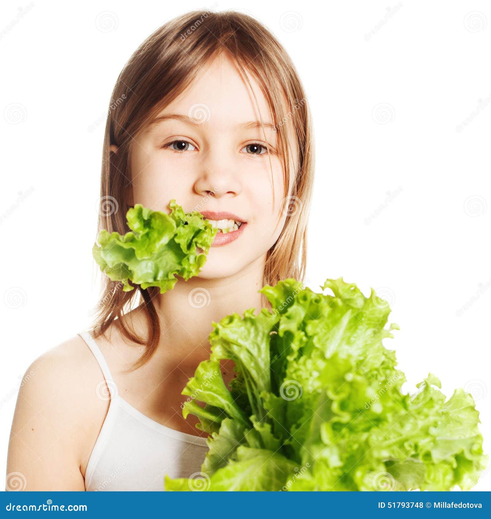 Consumición sana Chica joven con lechuga verde