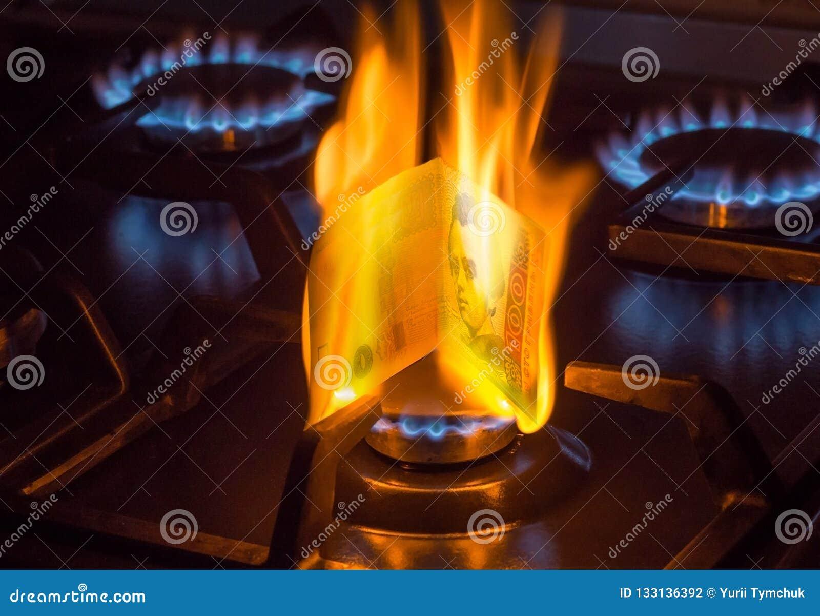 Conta de queimadura de 100 hryvnias em um queimador de gás, conceito caro do gás natural