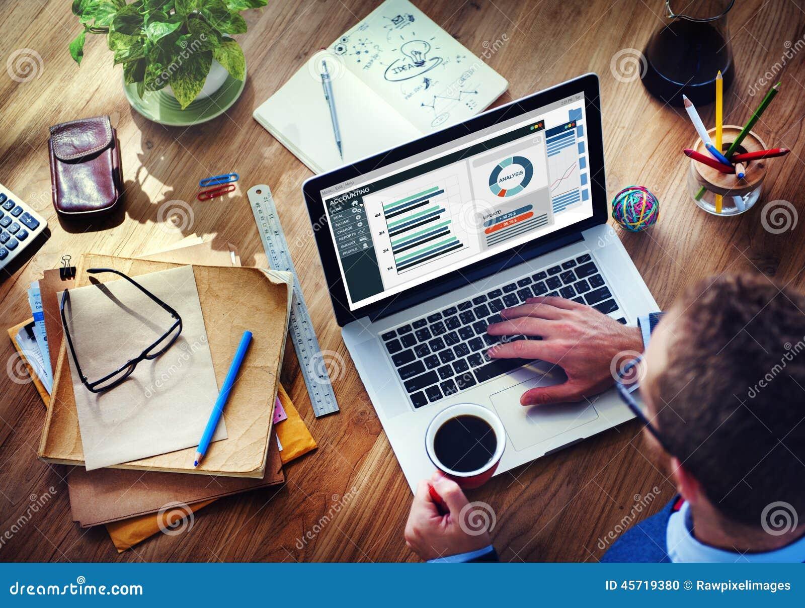 Contabilidade da empresa da análise do homem no portátil